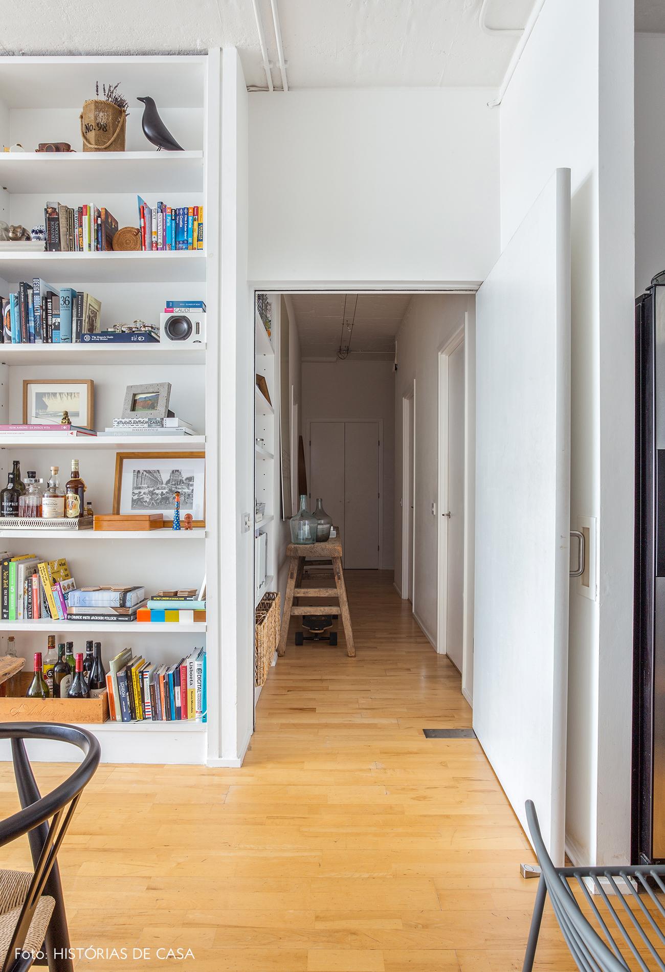 Estante branca decorada com objetos legais e piso de madeira