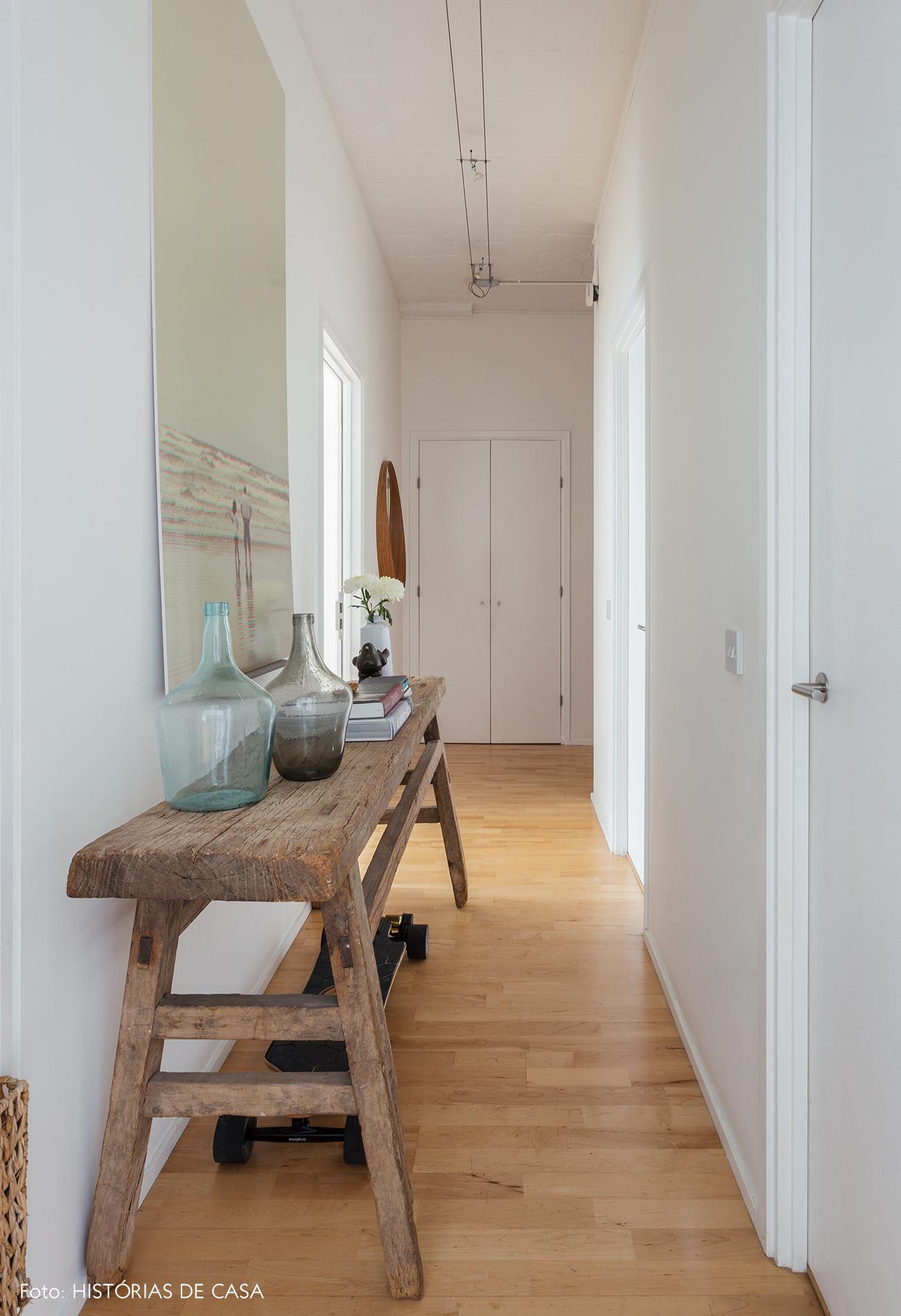 Corredor de apartamento com aparador de madeira rústica