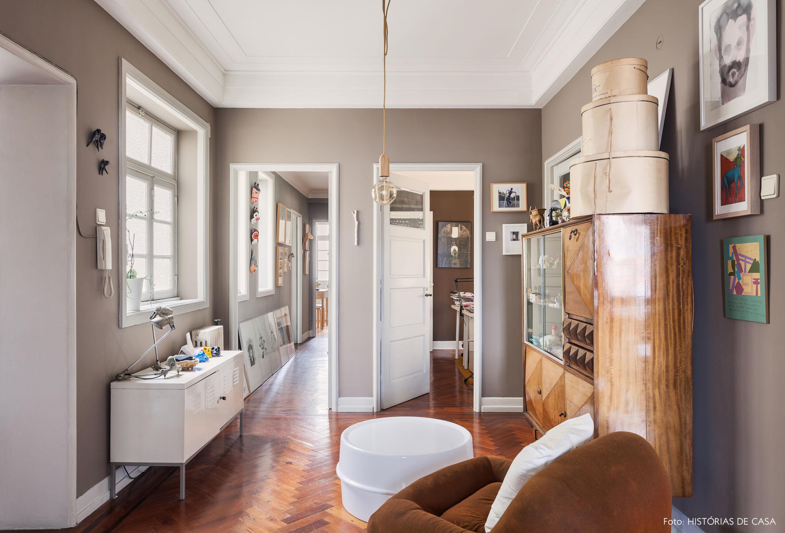 Sala de entrada com paredes pintadas de cinza