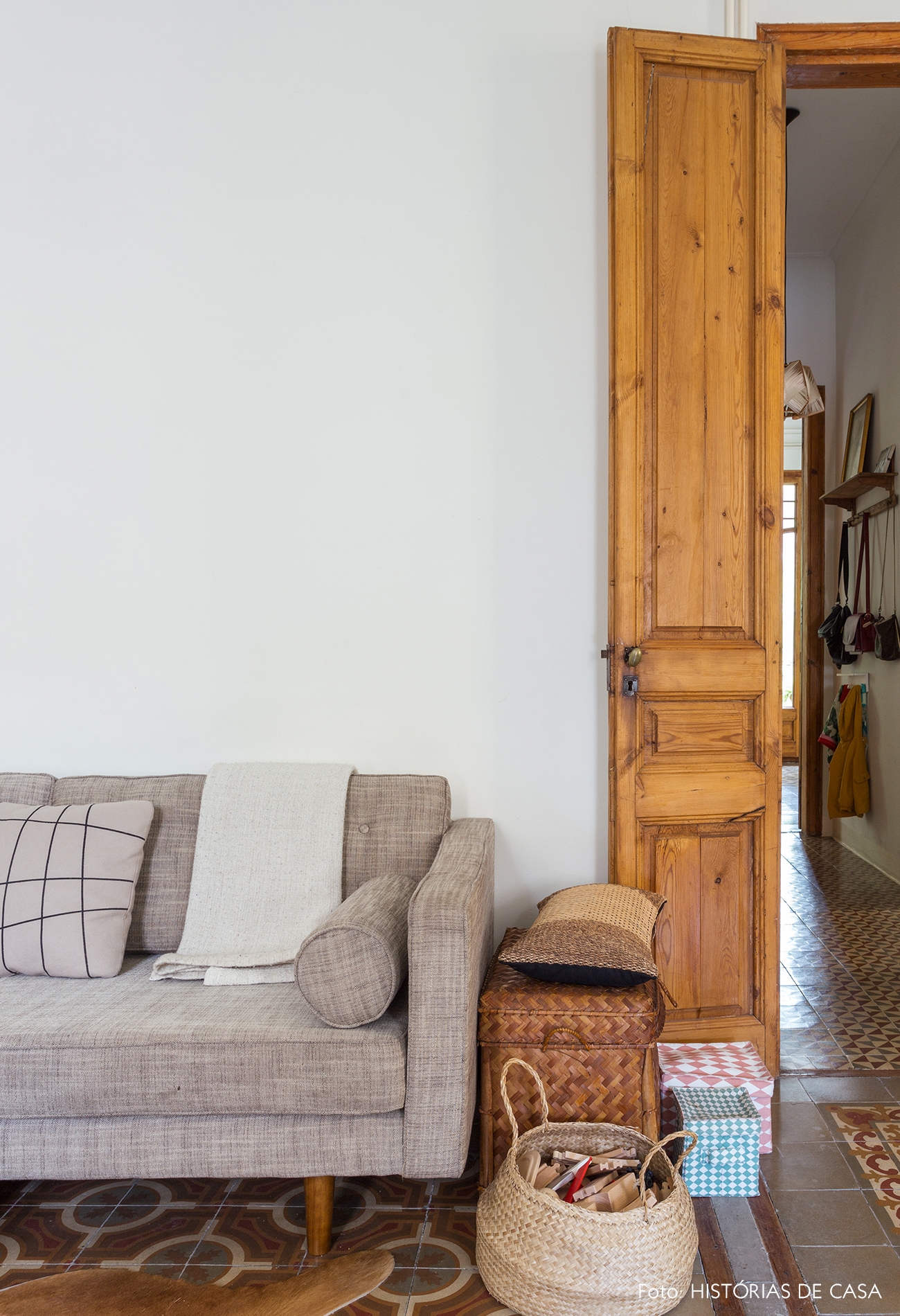 Portas de madeira e cestos na lateral do sofá