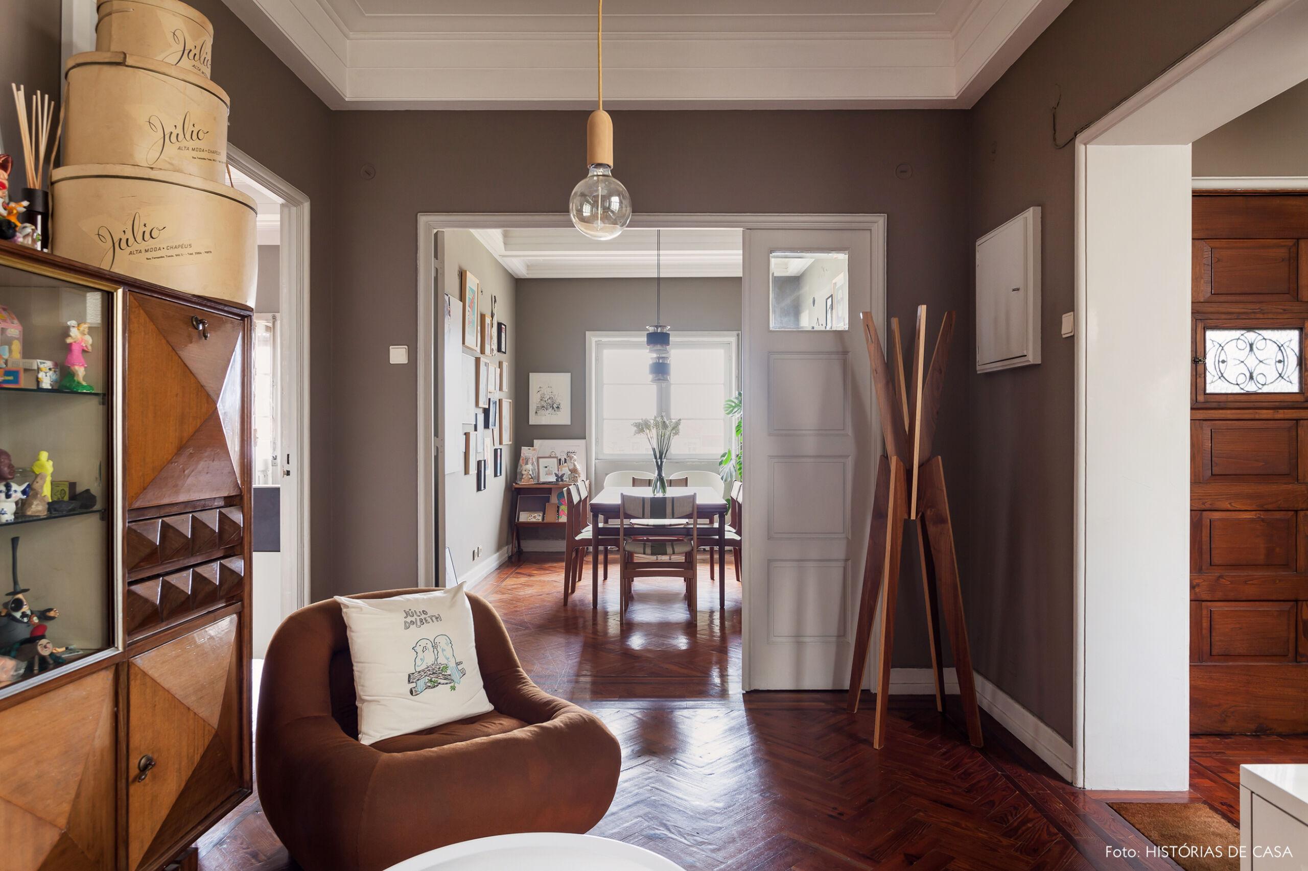 Sala com paredes pintadas de cinza em apartamento antigo