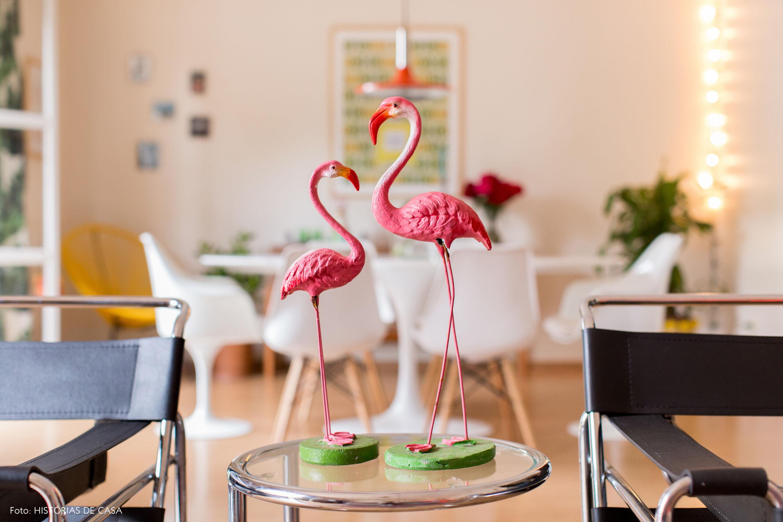 Decoração com detalhes kitsch, como flamingos