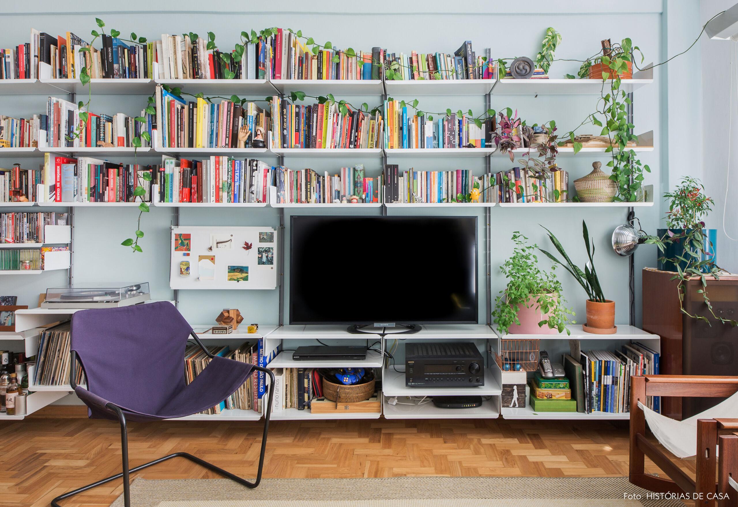 Sala pequena com parede azul e estante metálica
