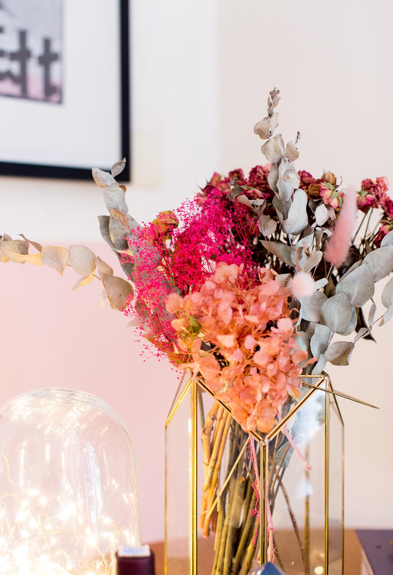 Arranjo de flores secas e parede rosa