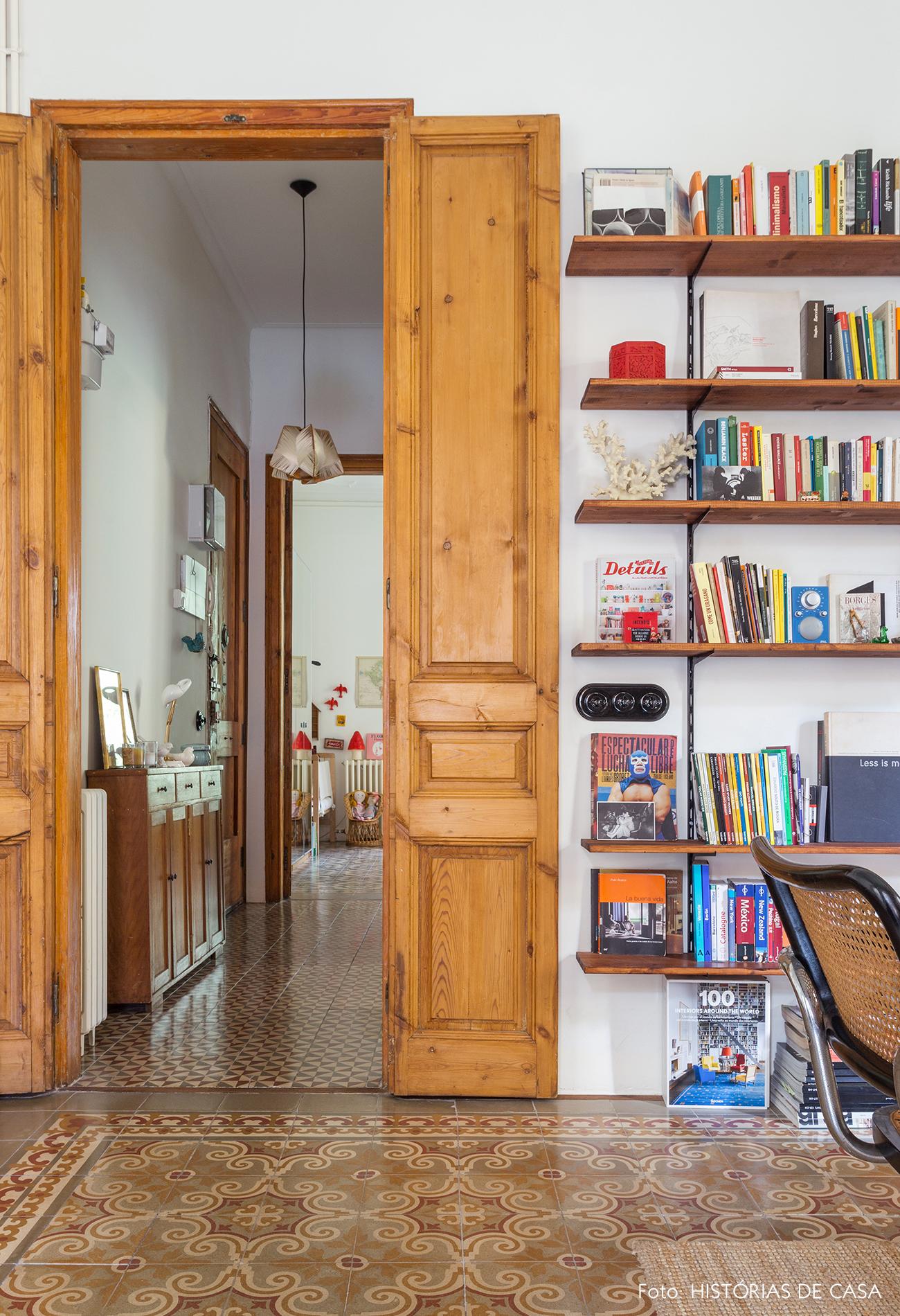 Portas de madeira e estante de cremalheira na sala