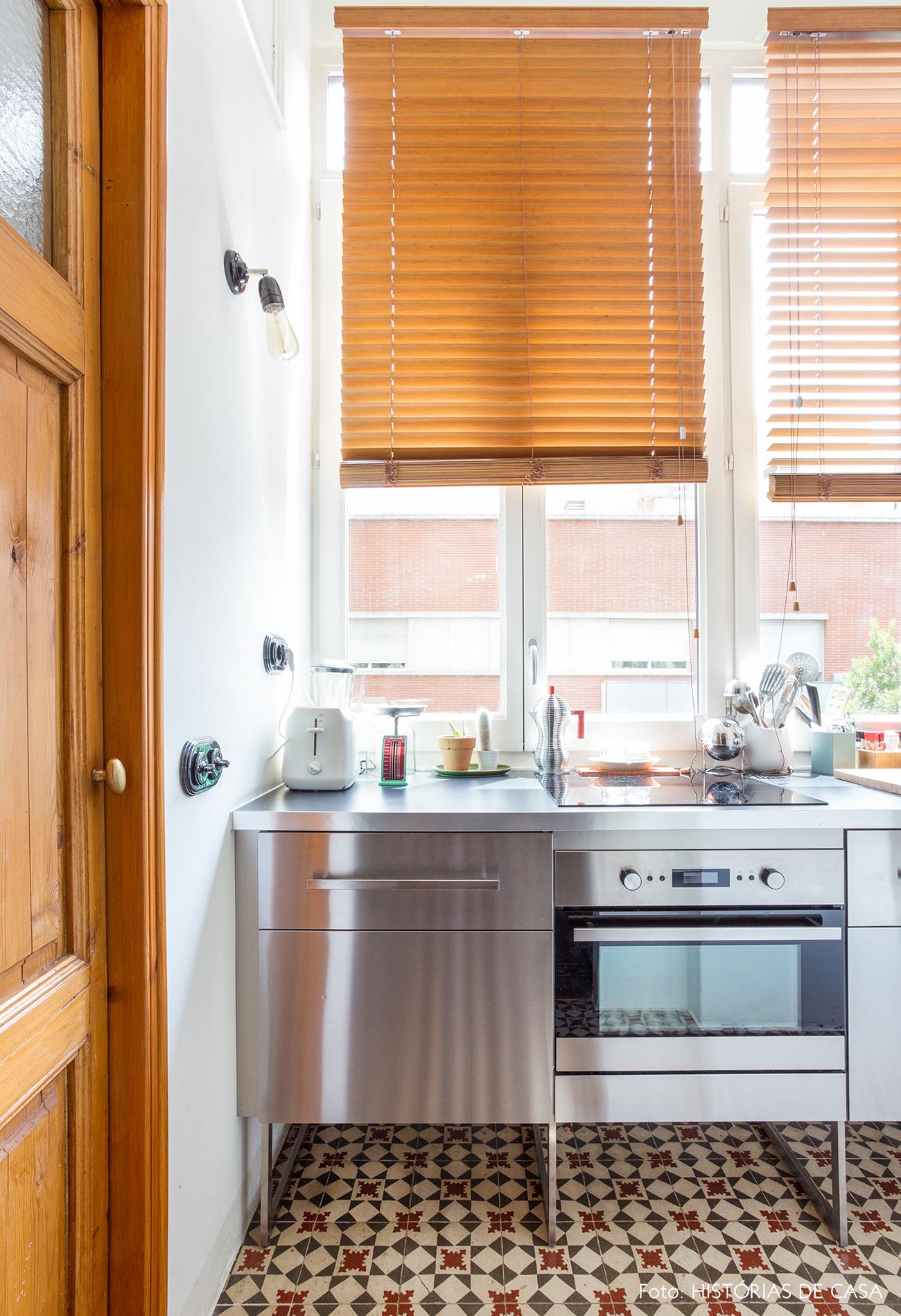 Apartamento cozinha estreita com persiana de madeira