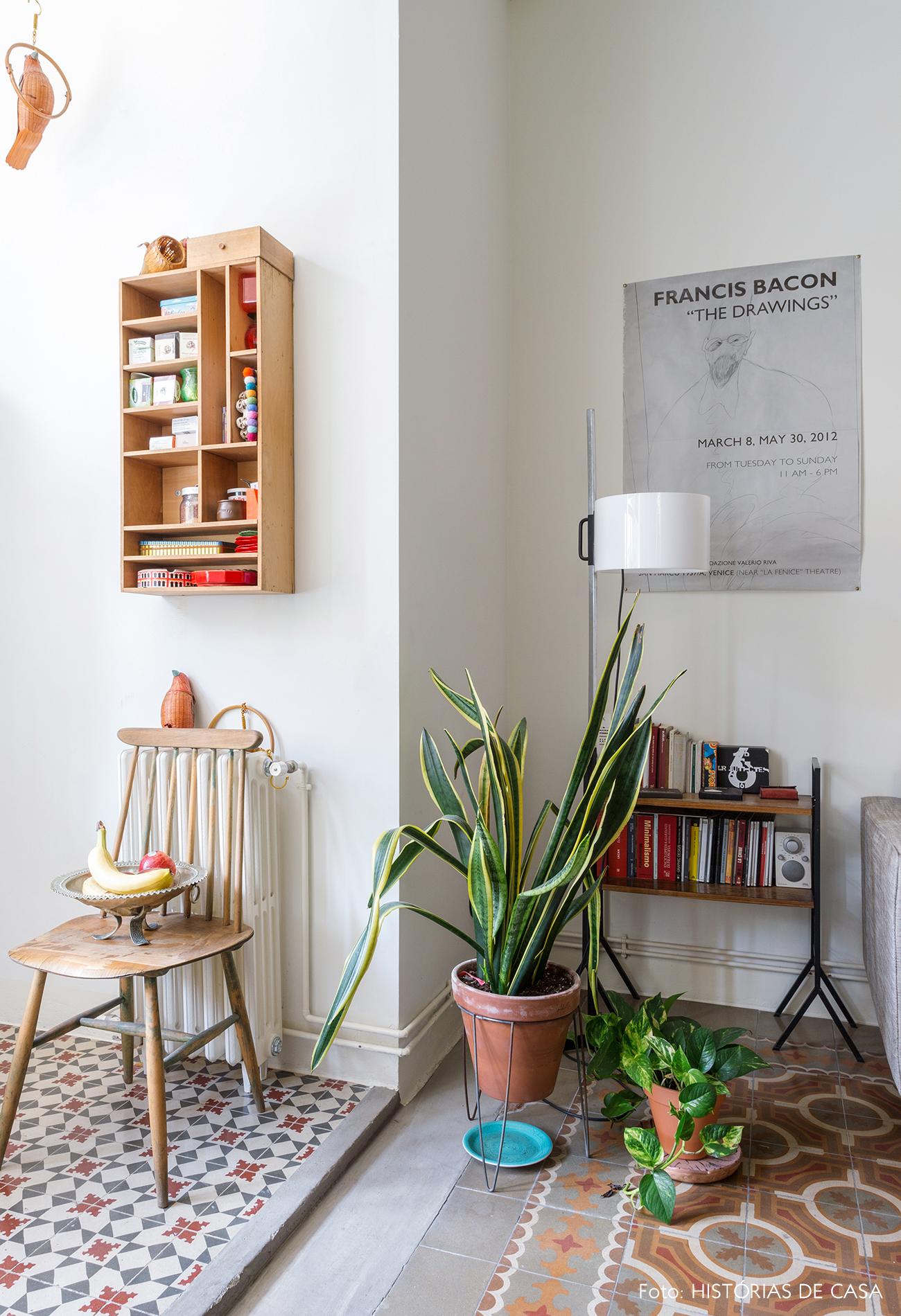 Apartamento cozinha estreita com piso de ladrilhos hidráulicos
