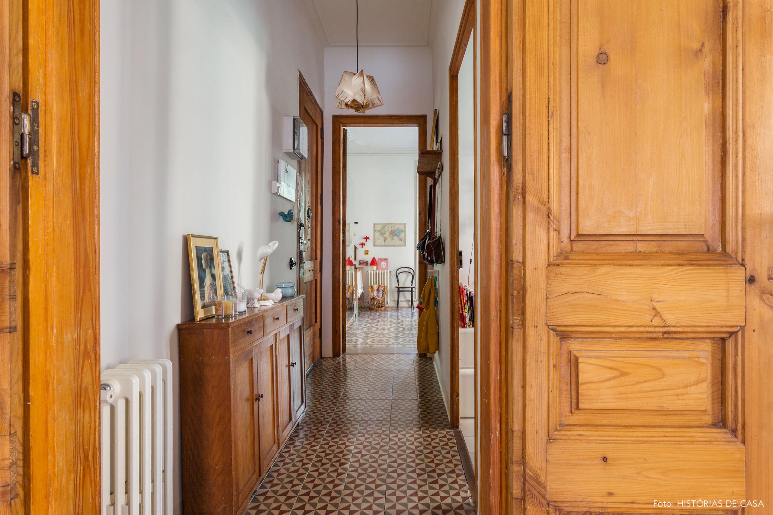 Apartamento antigo com portas de pinho de riga no corredor