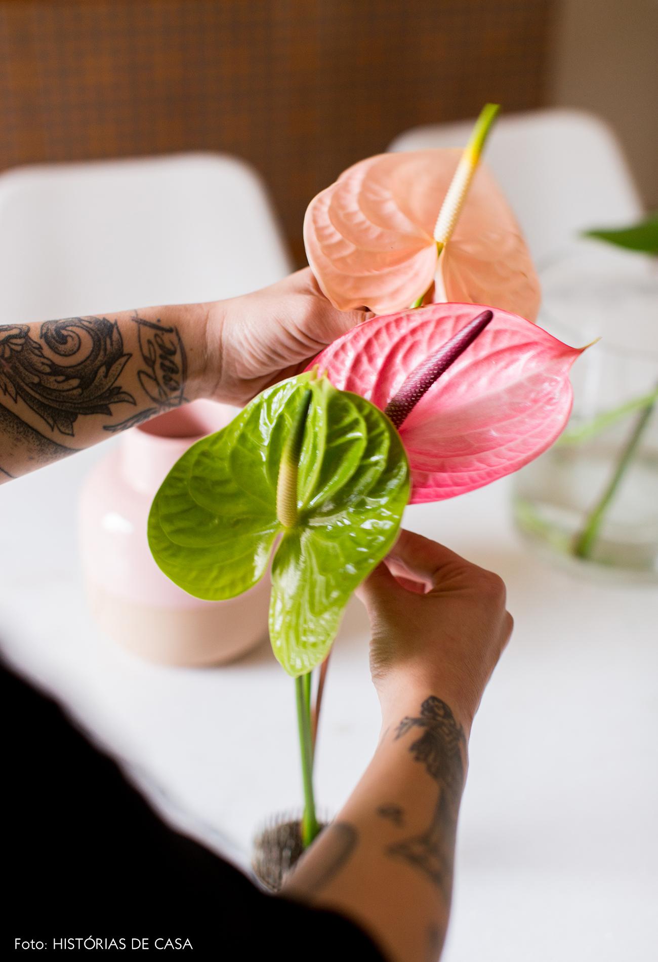 Arranjo de flores na mesa de jantar
