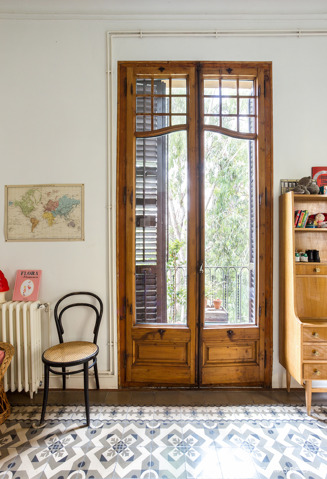 Quarto de casal com varanda e portas de madeira