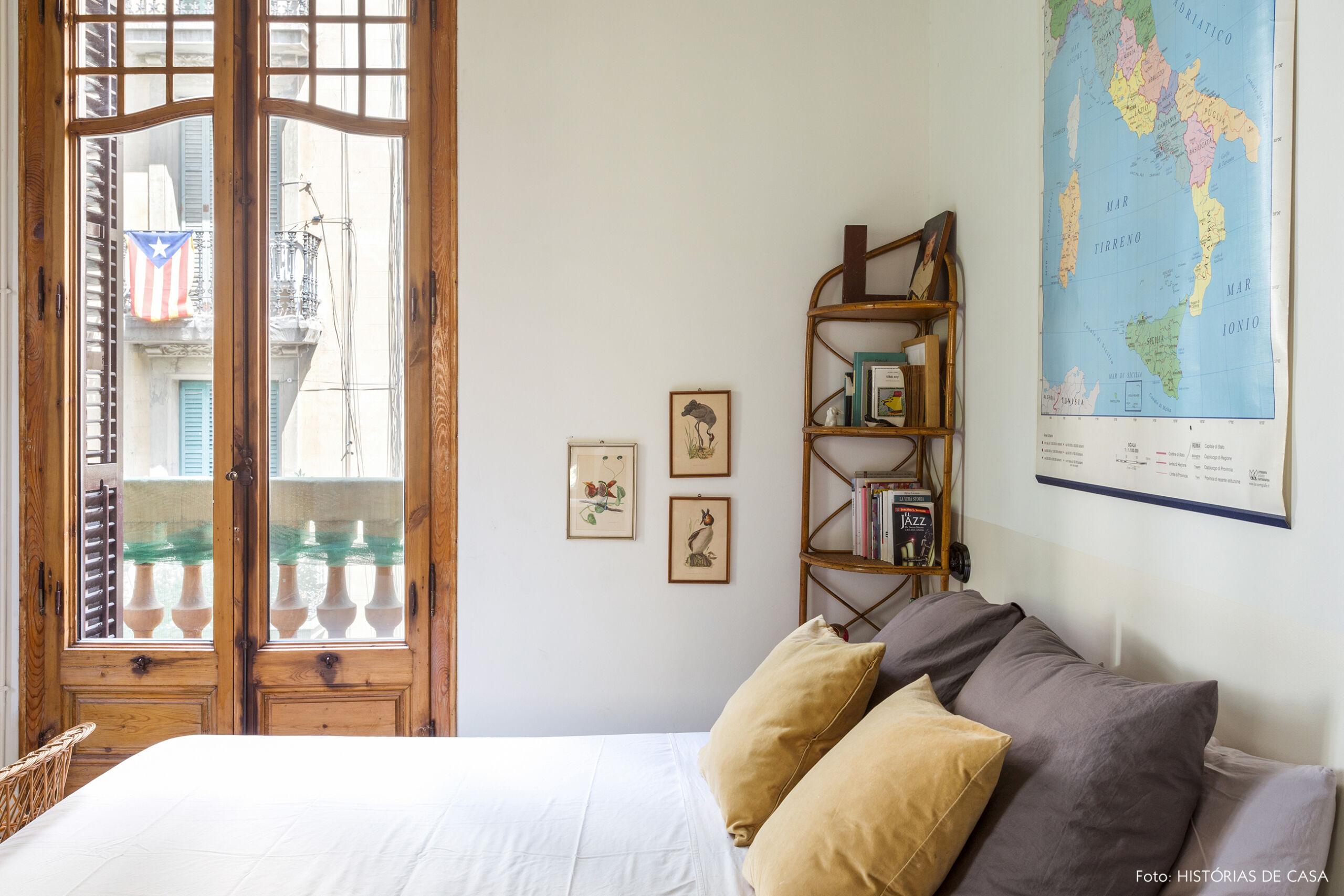 Quarto de casal com mapa na parede de cabeceira