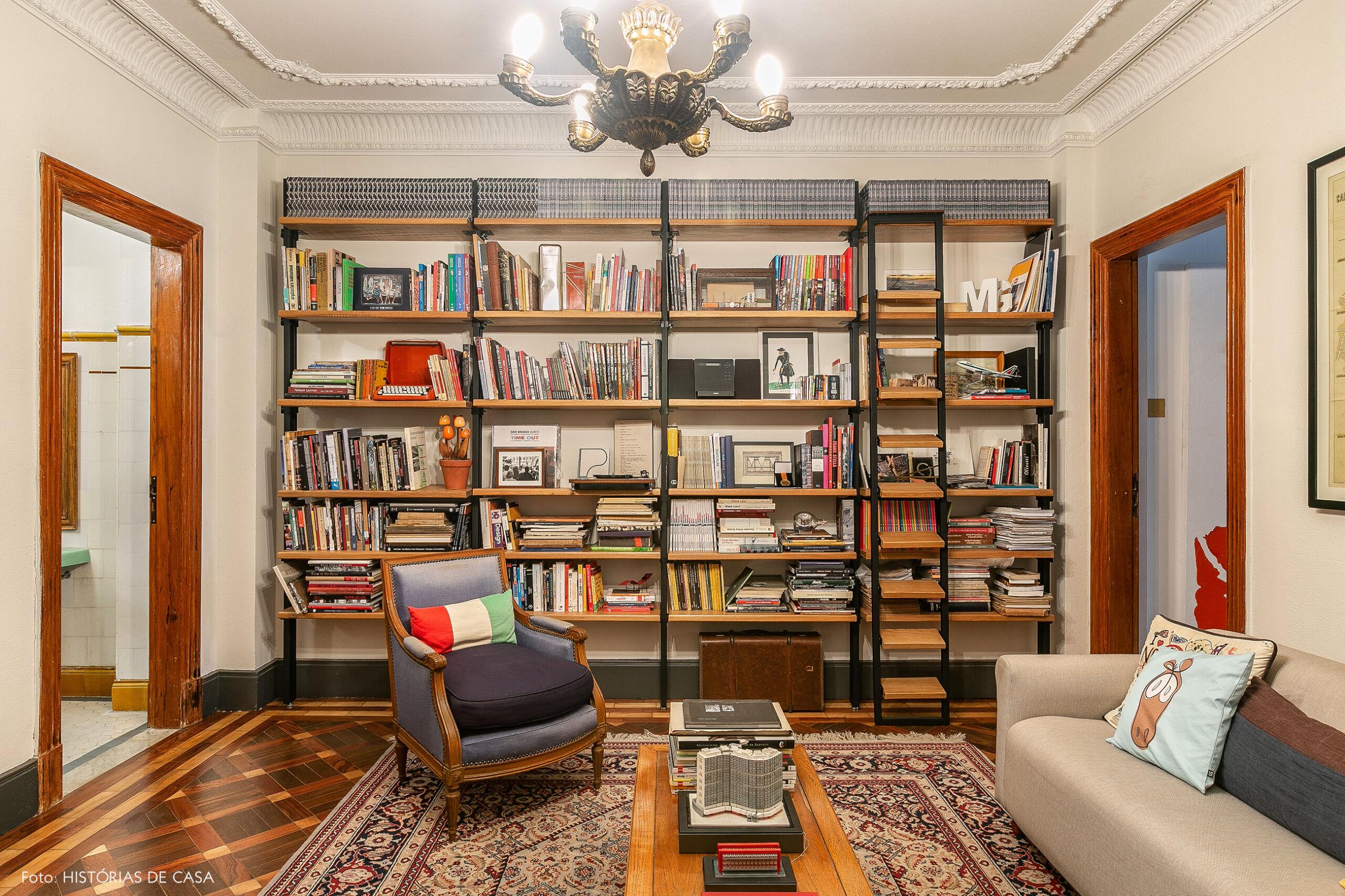 Escritório comercial e decoração feita com móveis antigos garimpados
