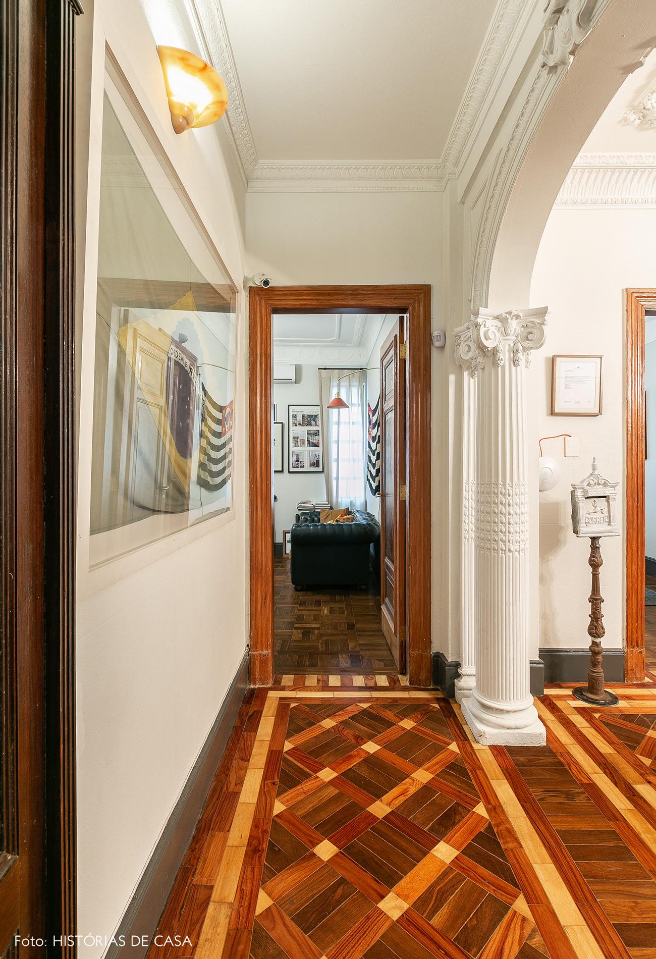 Hall de corredor em imóvel antigo, piso de marchetaria