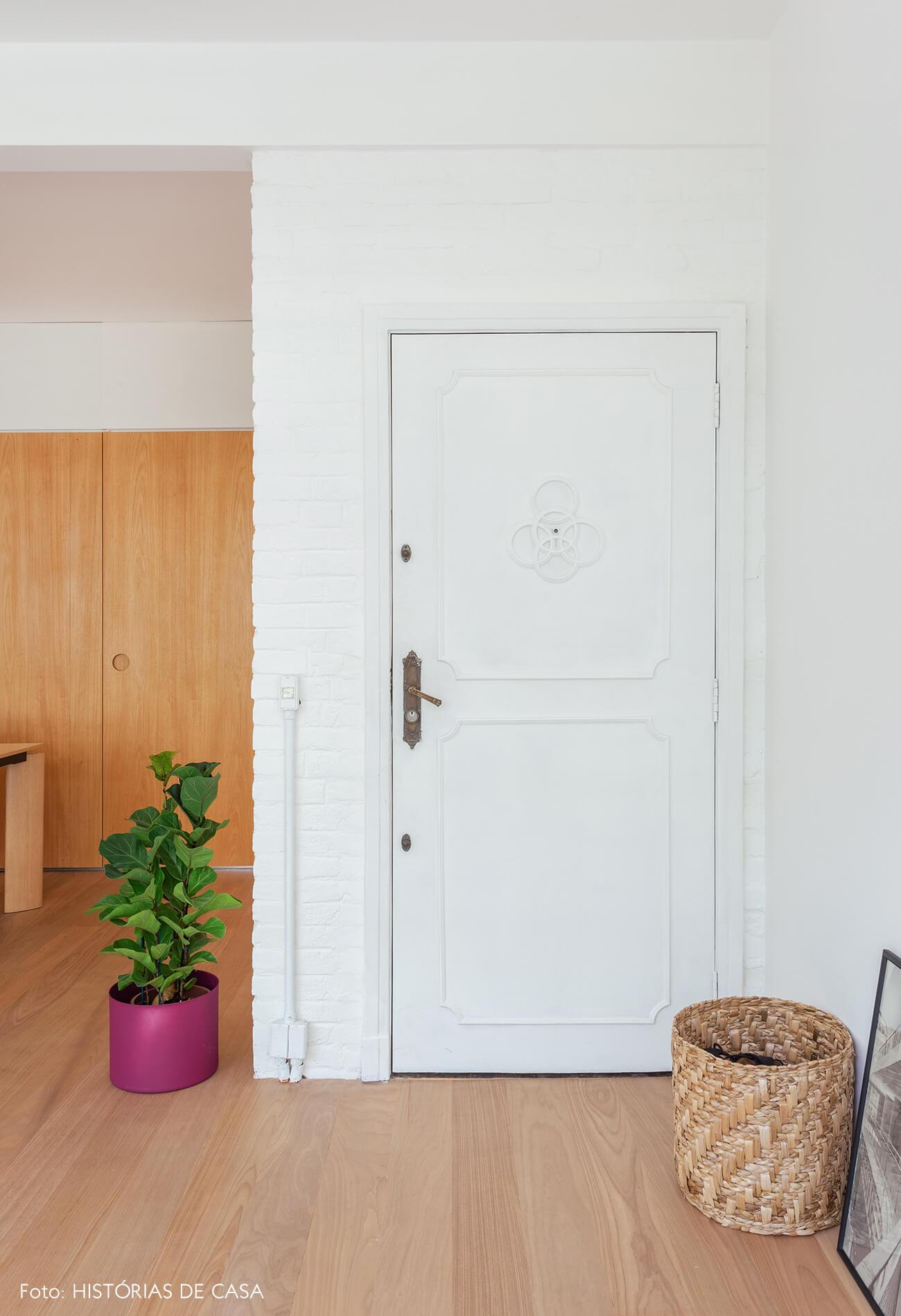 01-decoracao-apartamento-reformado-porta-antiga-pintada-de-branco
