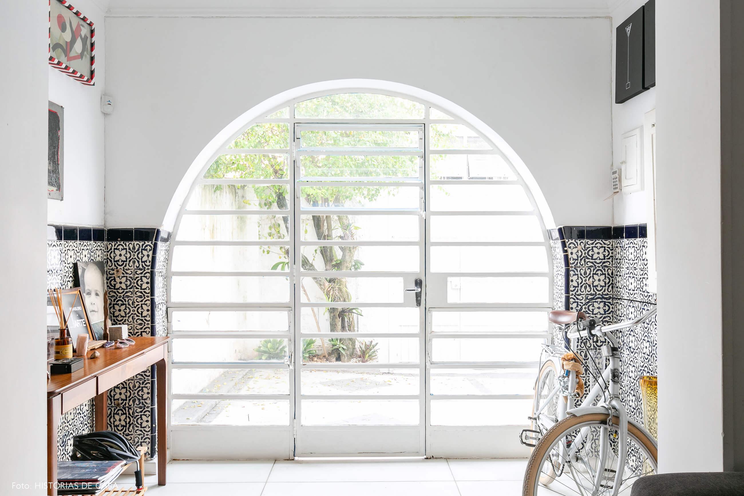 Esquadrias brancas em arco em casa antiga