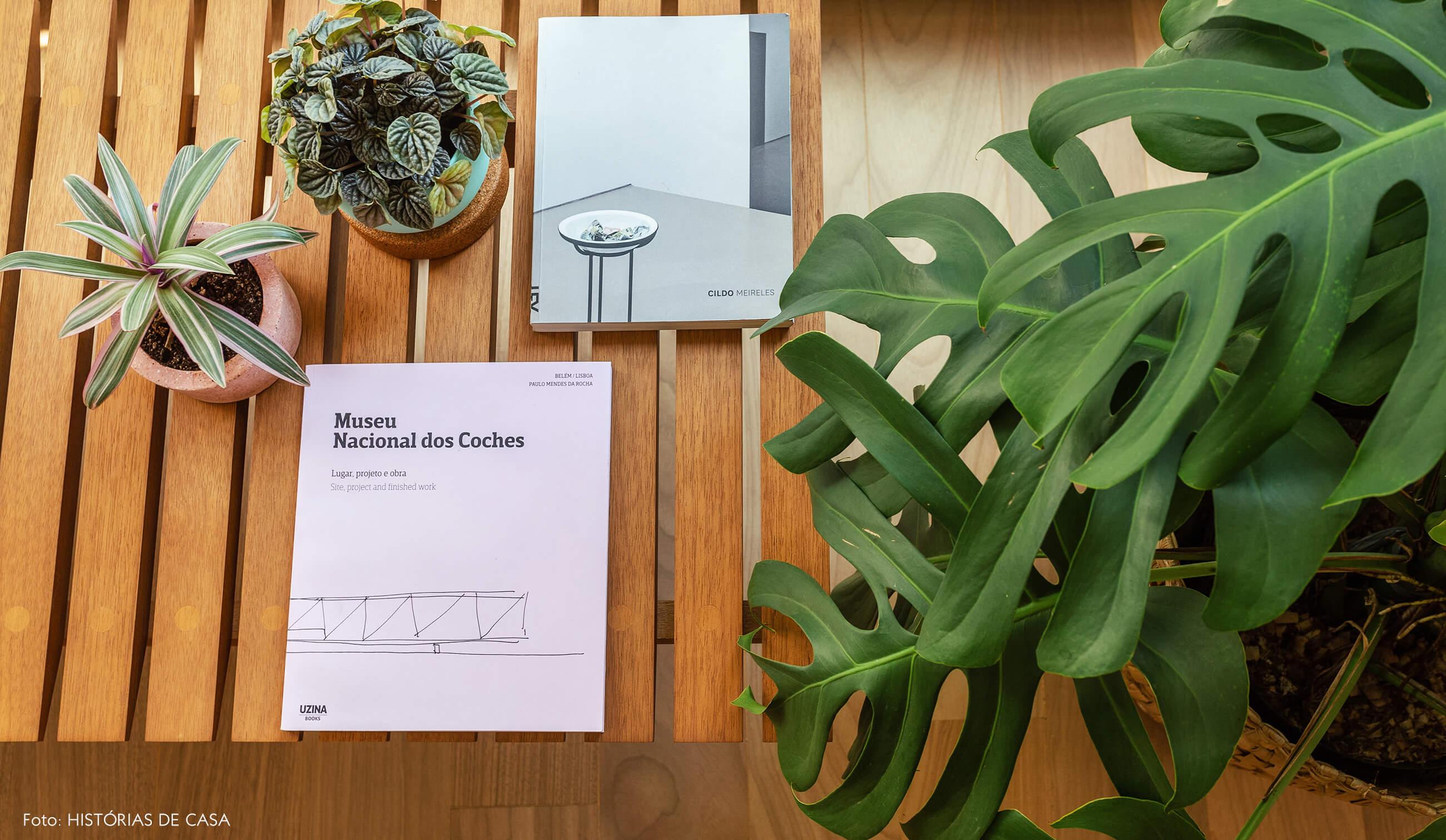 05-decoracao-apartamento-plantas-costela-de-adao-banco-de-madeira