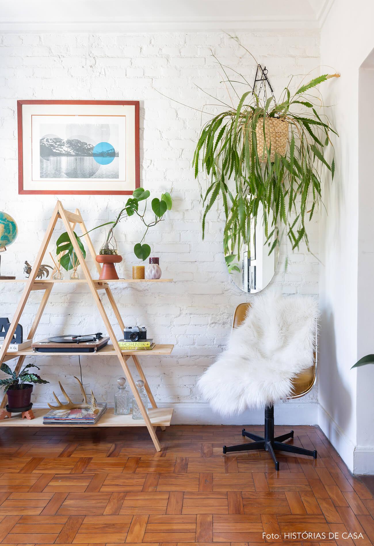 Casa de vila com móveis improvisados e soluções econômicas, como a estante de escada