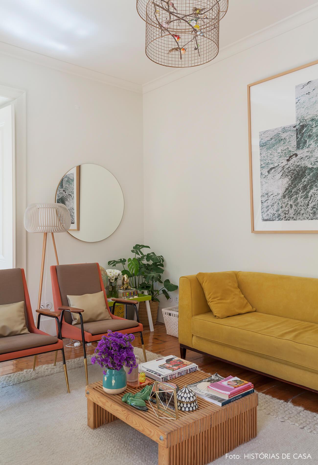 Sala com poltronas vintage e sofá mostarda