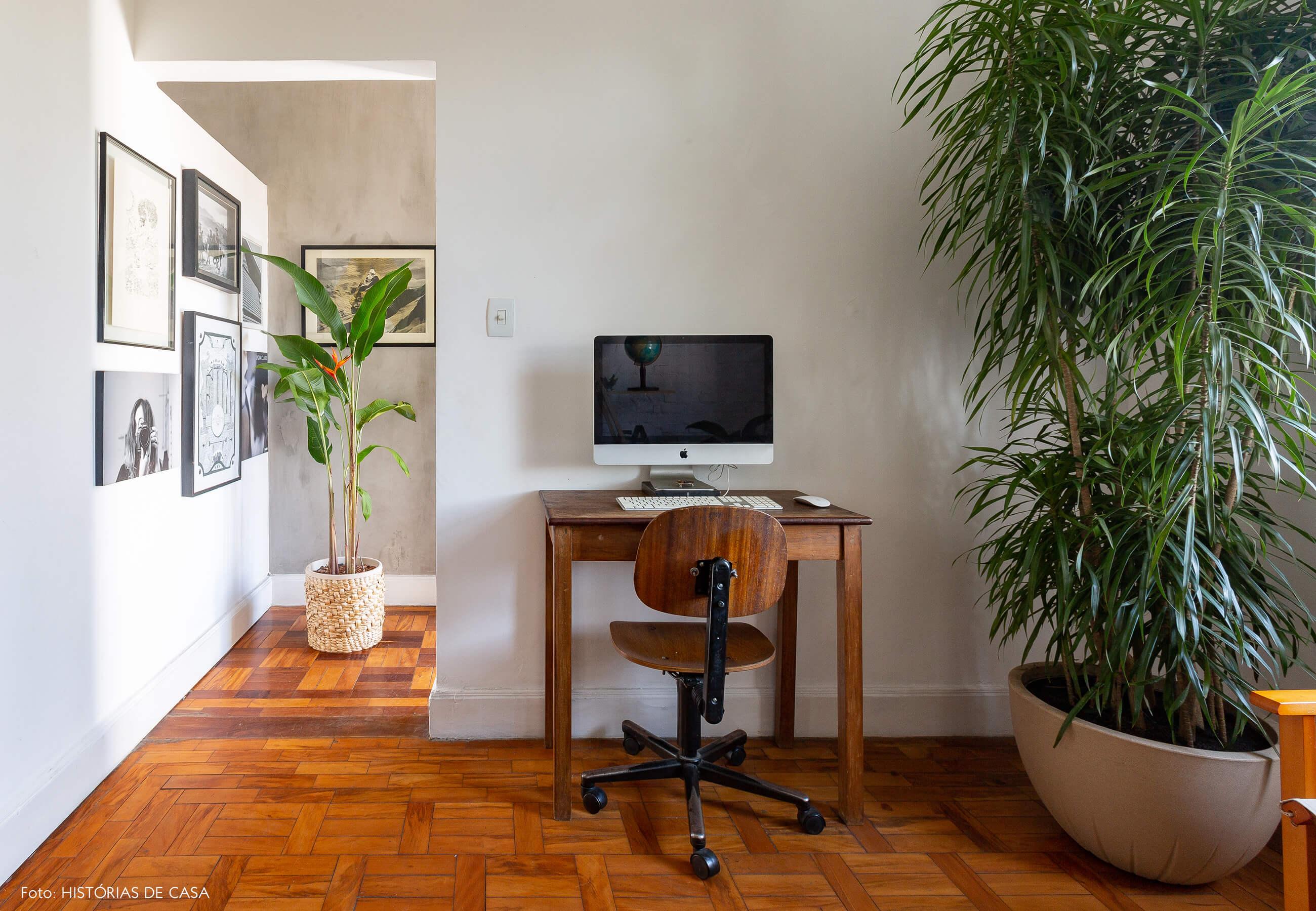 Sala com home office e móveis antigos de madeira