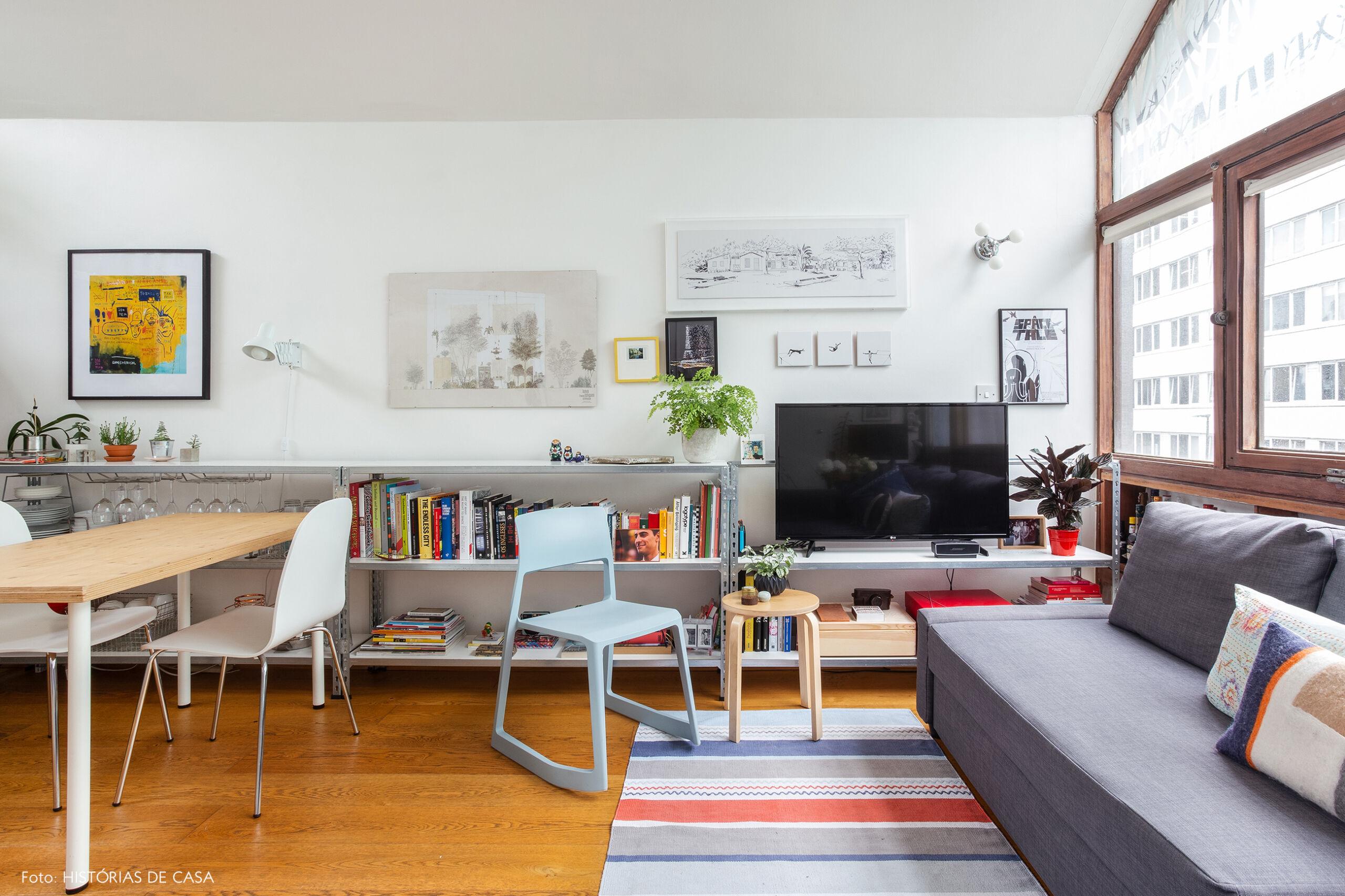08-decoracao-apartamento-pequeno-estantes-metalicas-como-rack