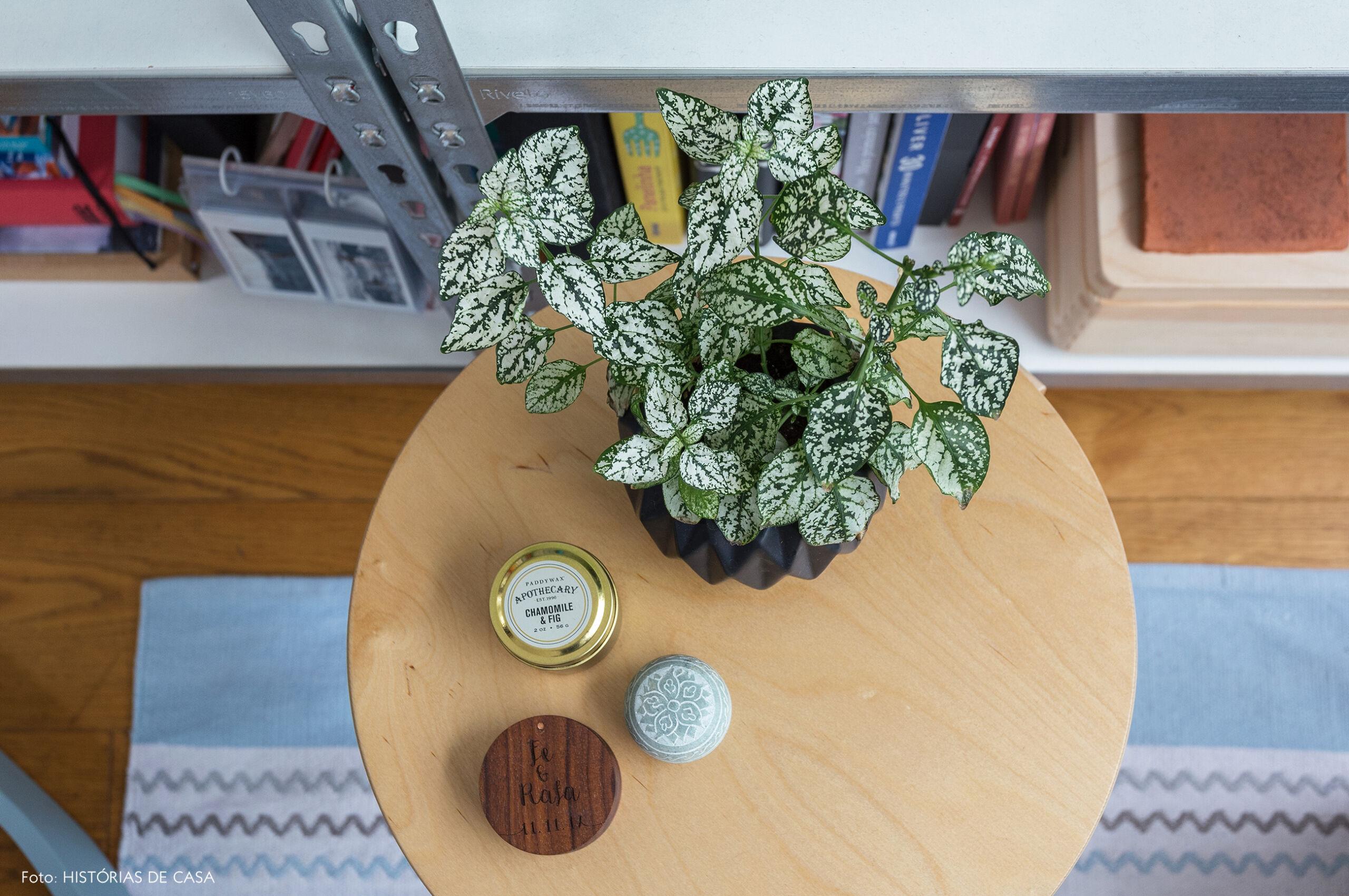 09-decoracao-apartamento-pequeno-mesinha-de-madeira-redonda