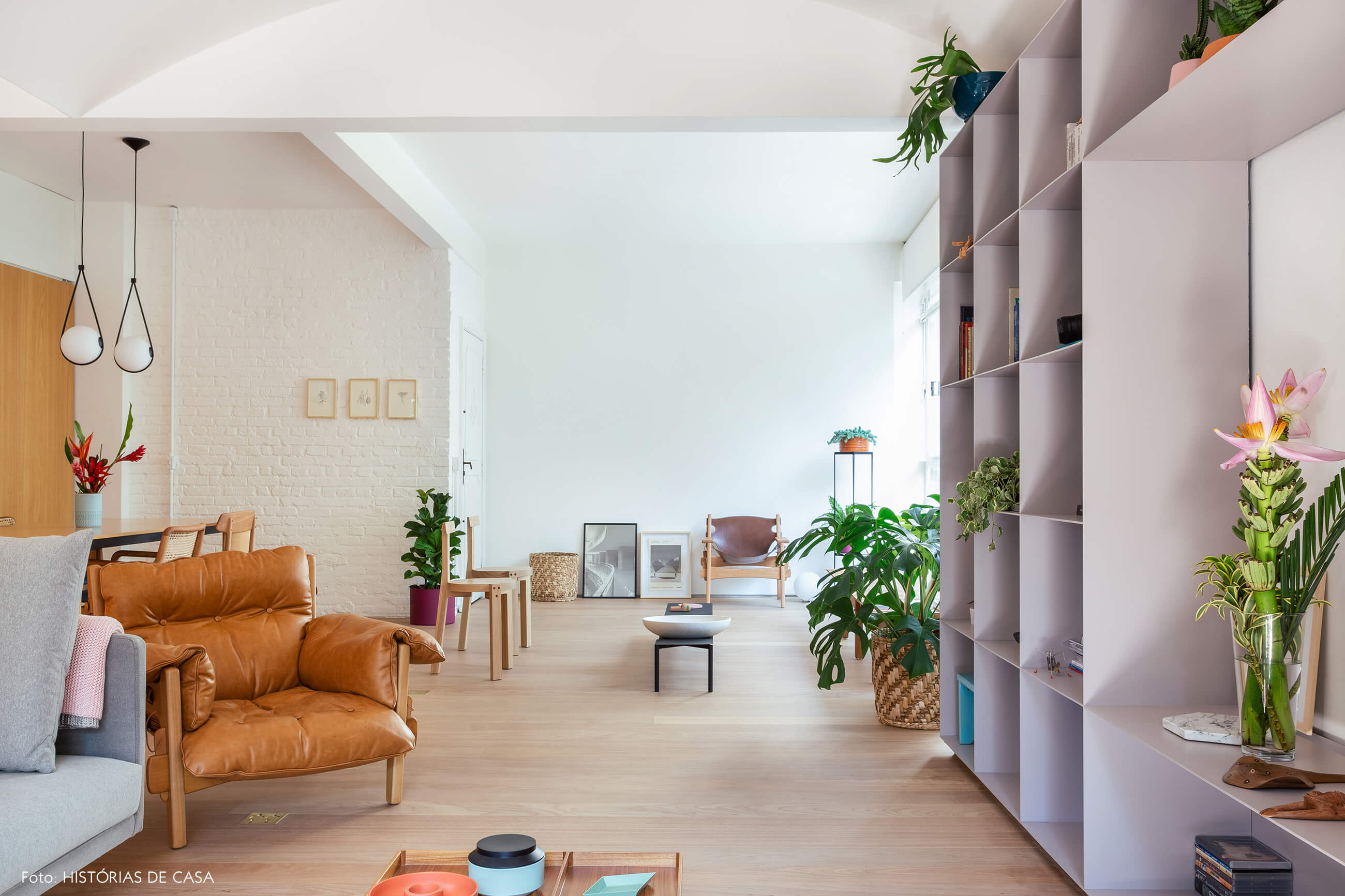 09-decoracao-apartamento-sala-integrada-piso-de-madeira-clara