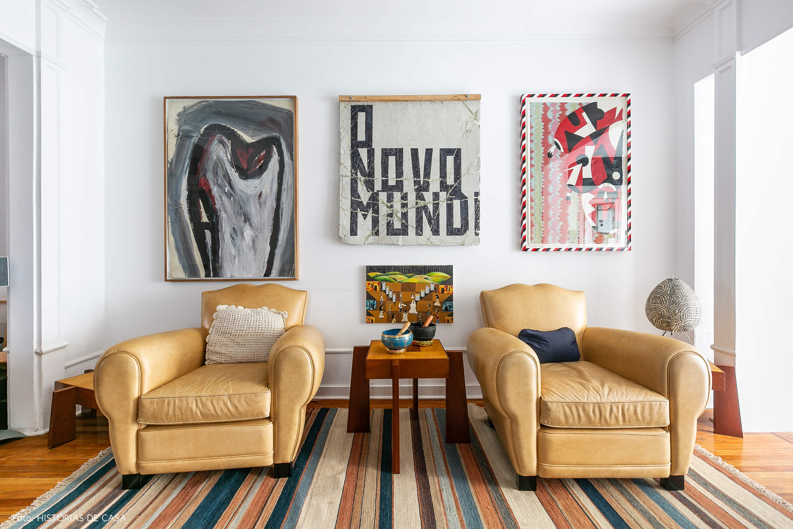Obras de arte e poltronas de couro