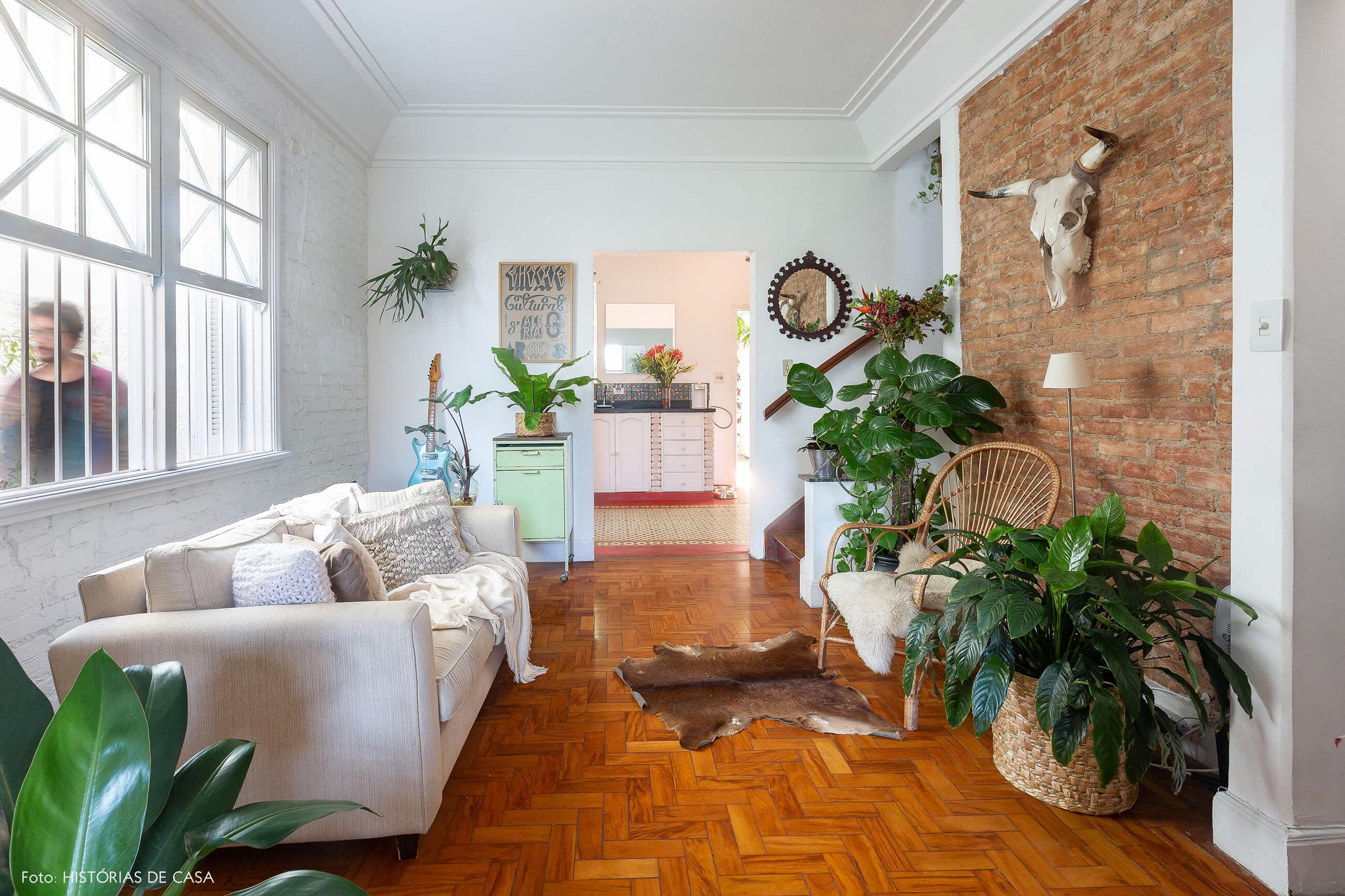 Casa de vila com salas integradas e paredes de tijolinho