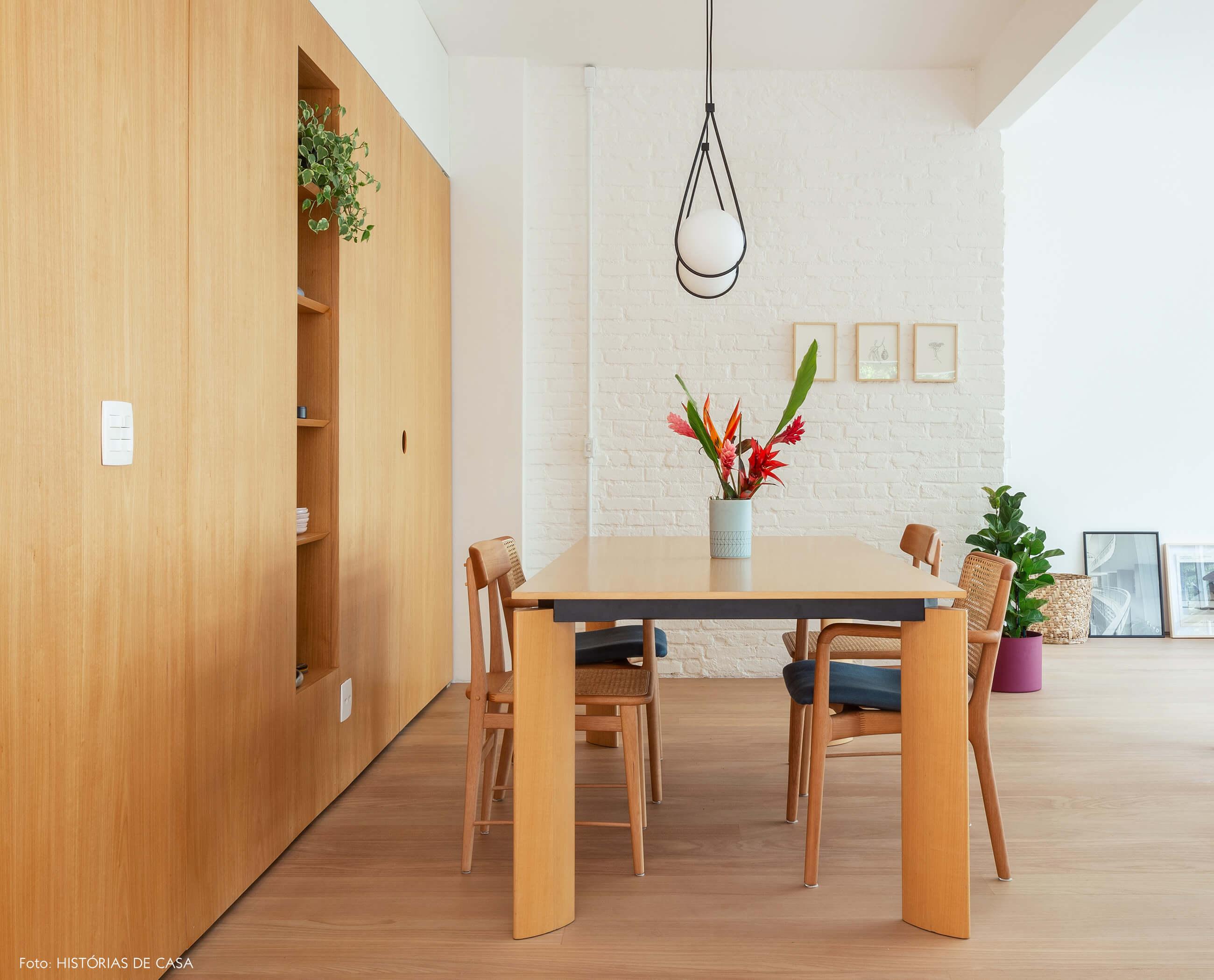 Sala de jantar com painel de marcenaria
