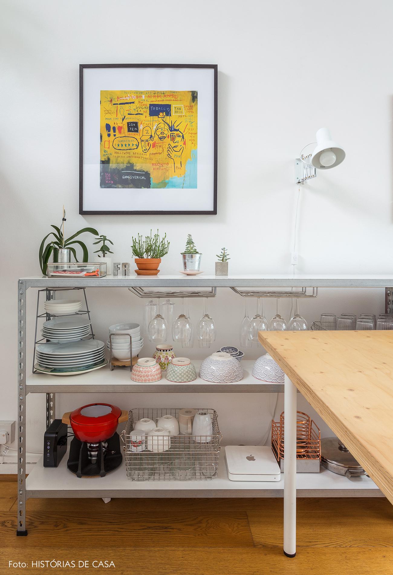 15-decoracao-apartamento-pequeno-estante-como-louceiro