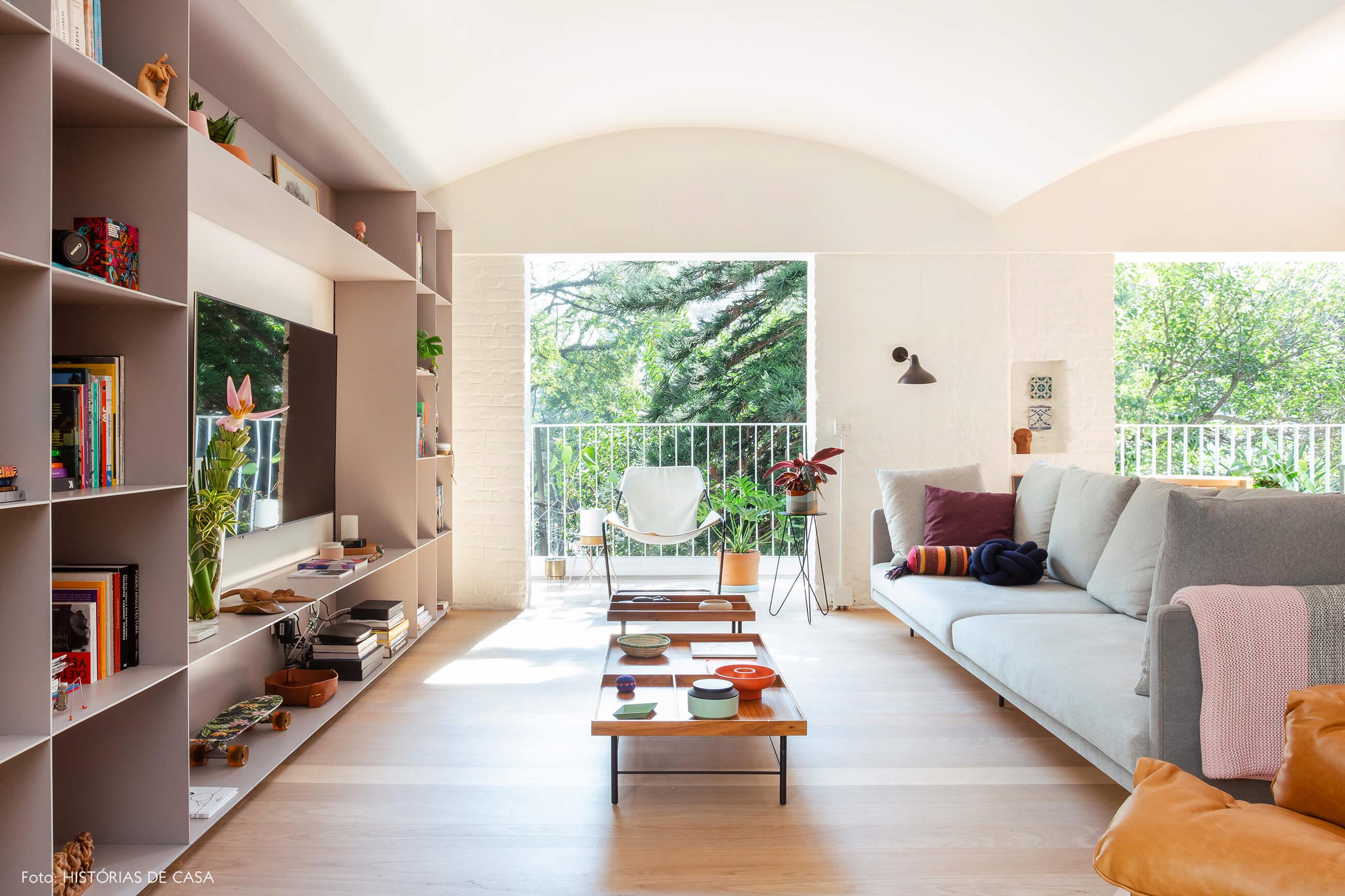 Sala integrada com teto arredondado e varandas
