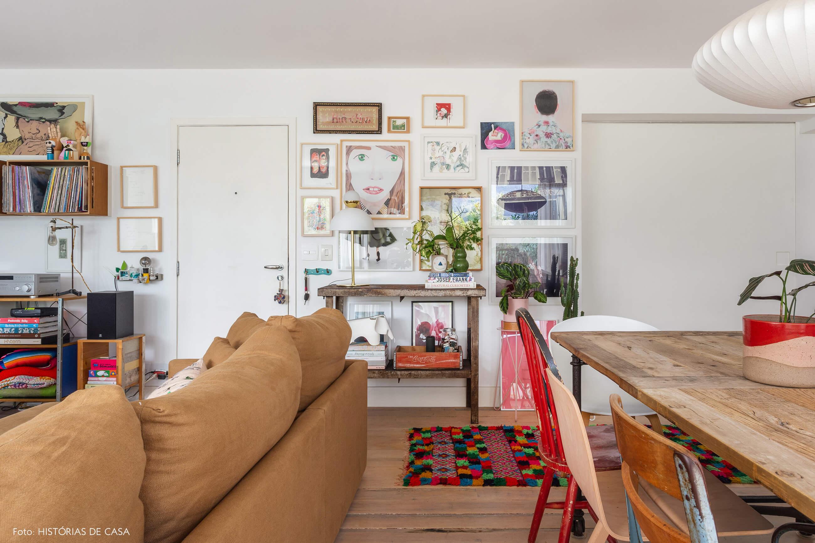 Sala com parede de quadros bem coloridos