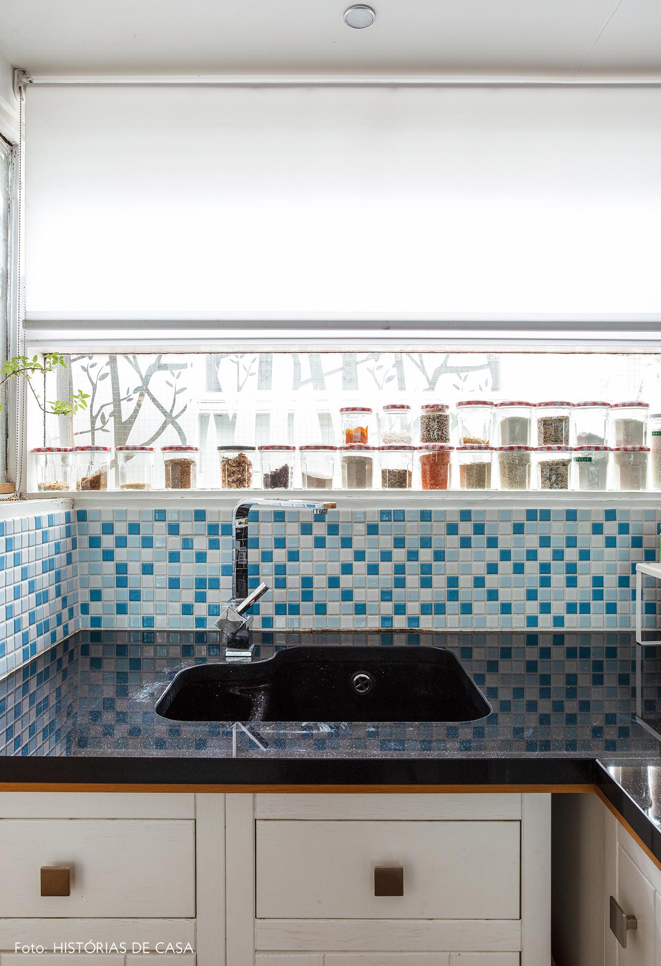 17-decoracao-apartamento-cozinha-pequena-pastilhas-azuis