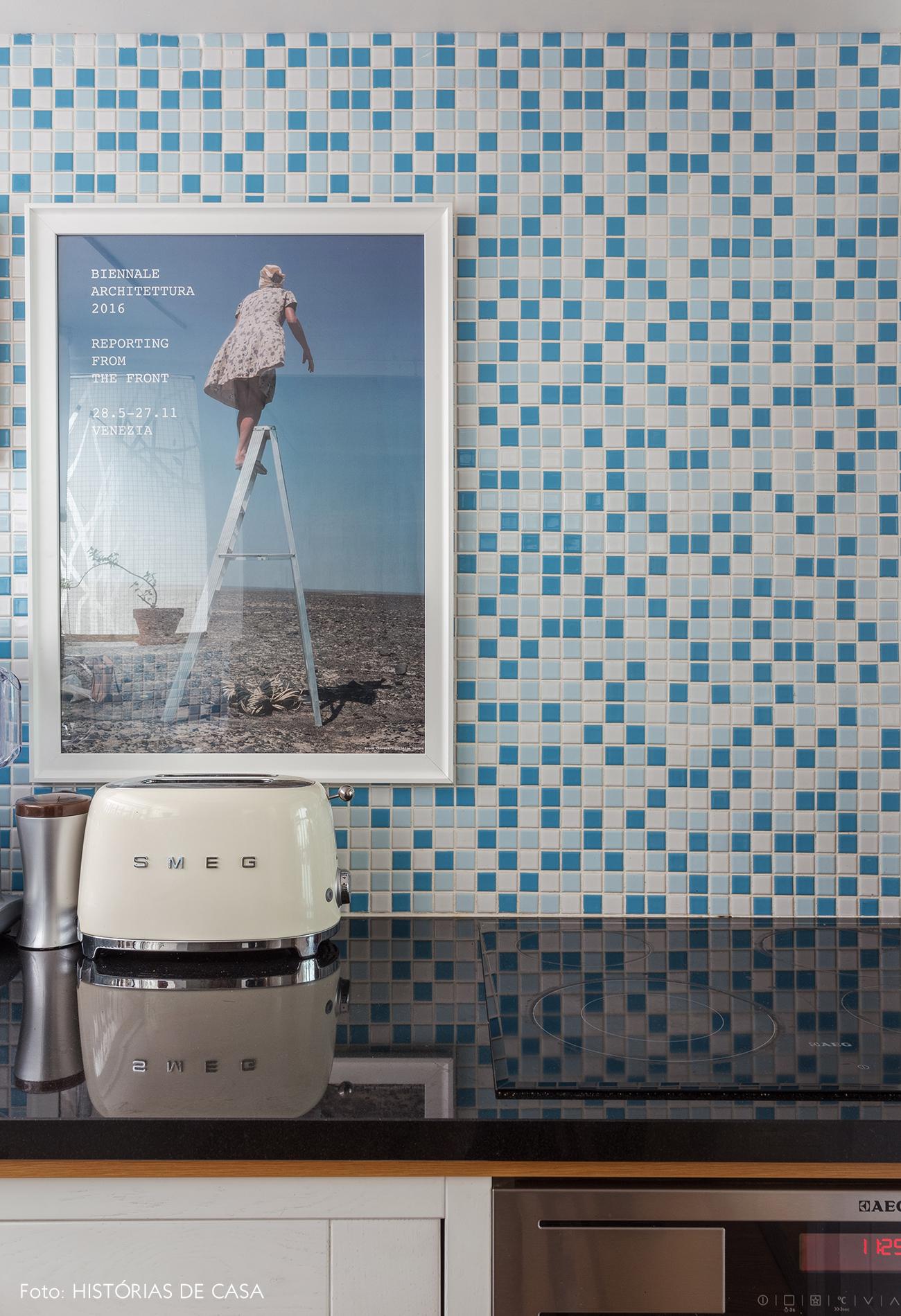 18-decoracao-apartamento-cozinha-pequena-pastilhas-azuis