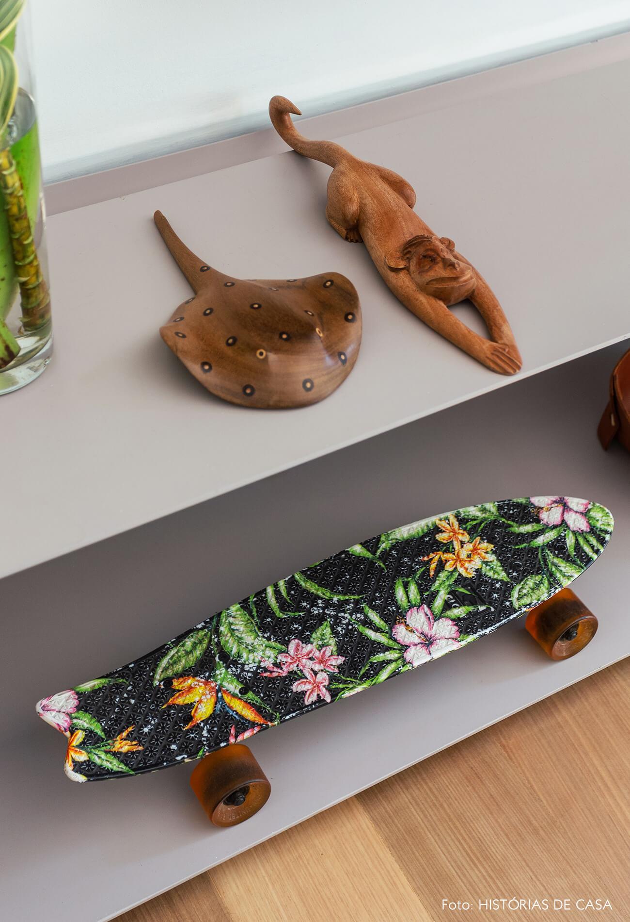 Objetos pessoais e itens de artesanato em estante metálica cinza