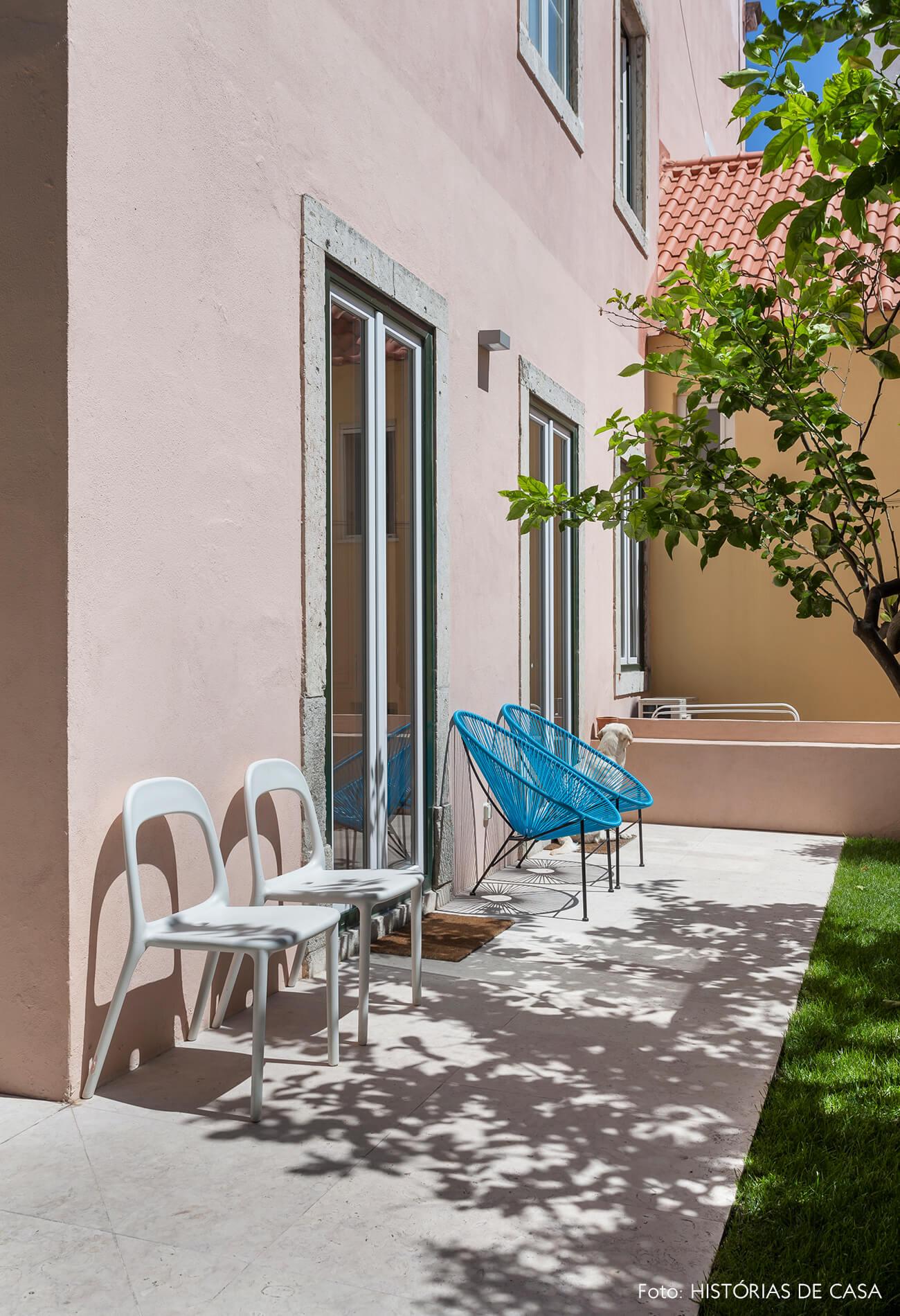Jardim com árvore e flores e cadeiras Acapulco