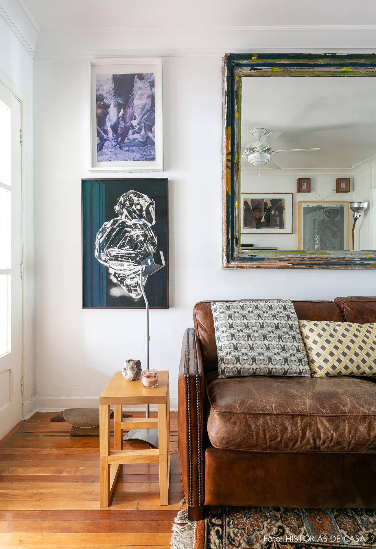 Sala com sofá de couro marrom e móveis de madeira