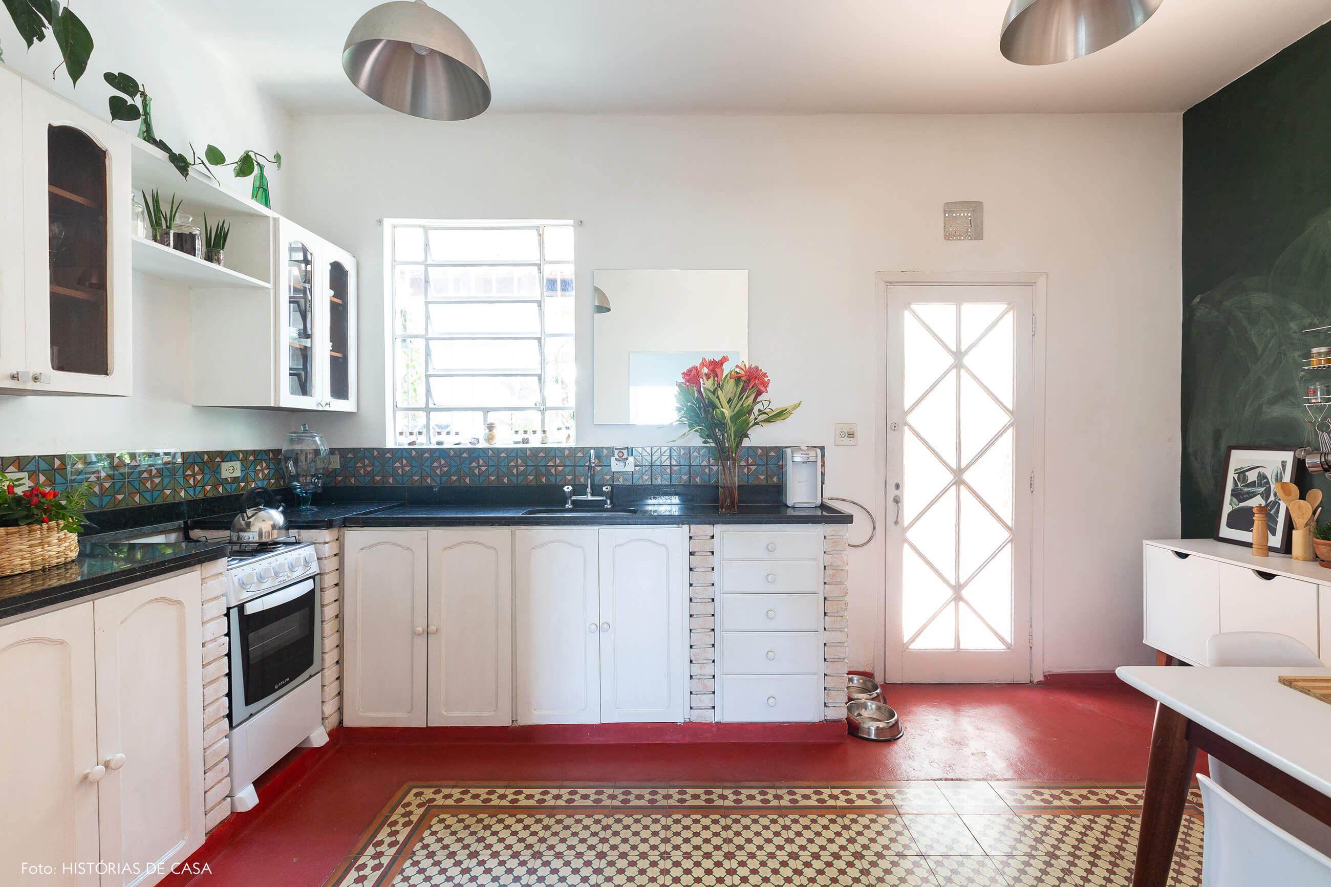 Cozinha de casa antiga com piso de ladrilhos