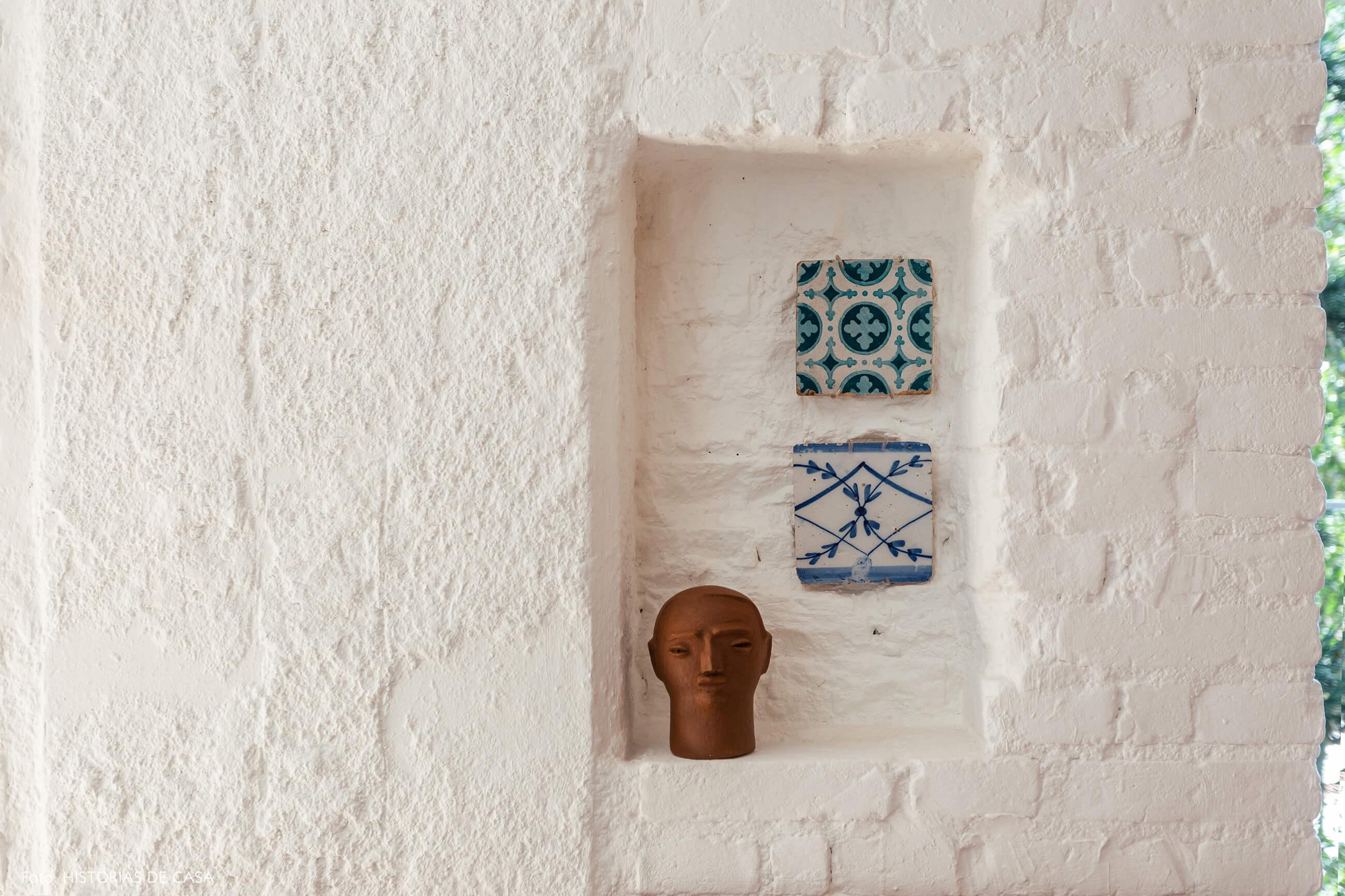 Parede de tijolinho branco com nicho