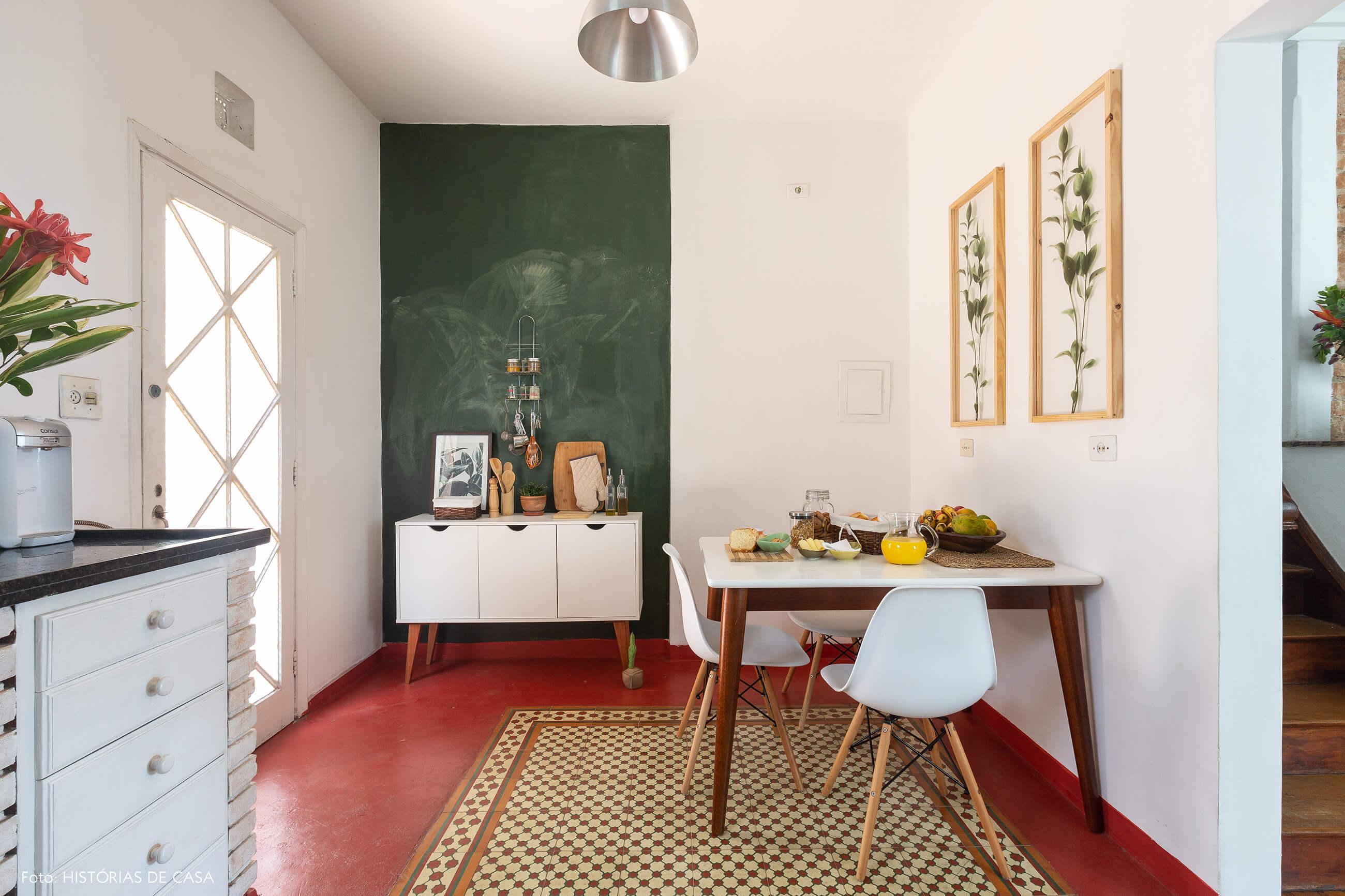 Cozinha de casa antiga com piso de ladrilhos e parede lousa