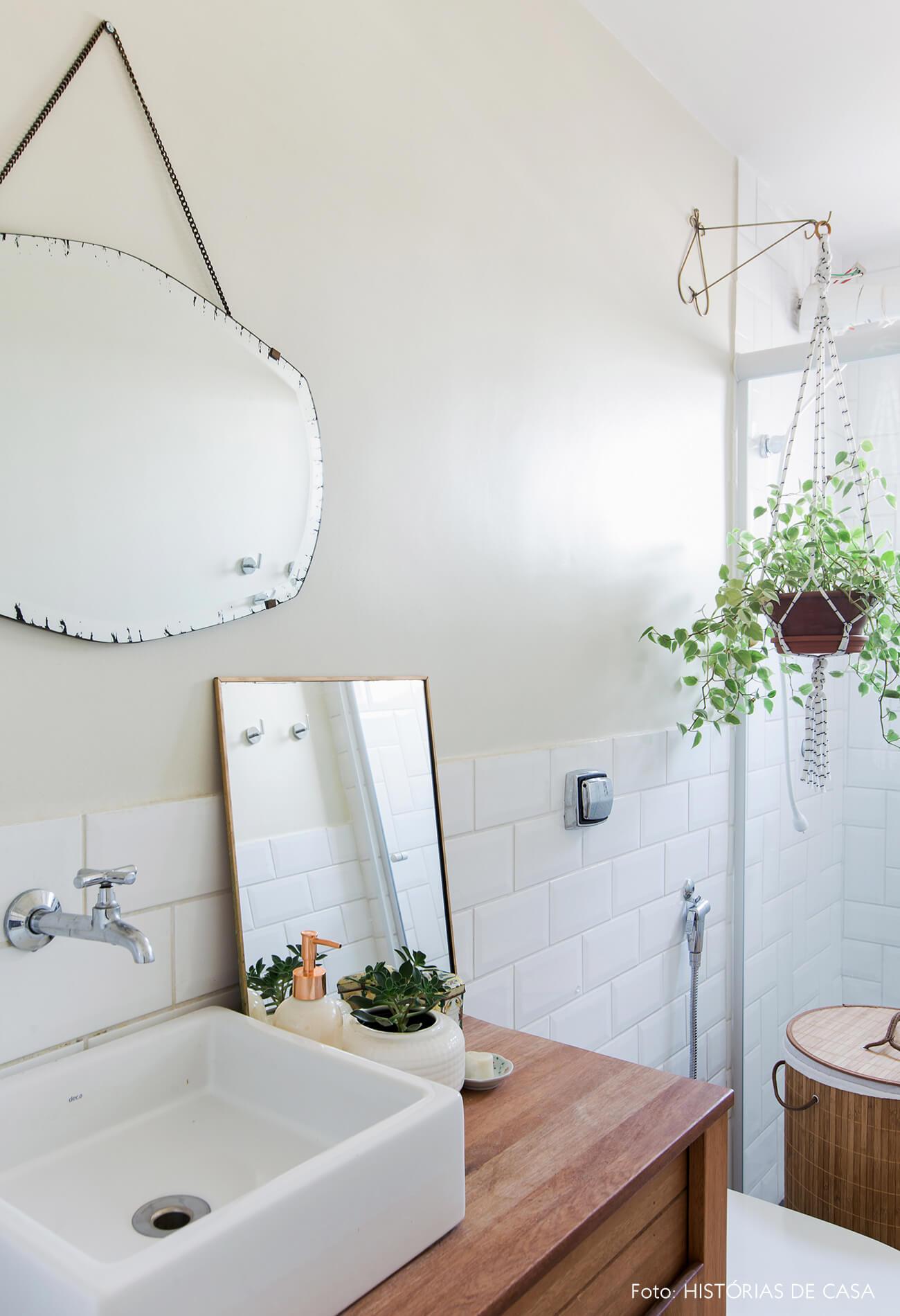 Banheiro reformado com azulejos de metrô