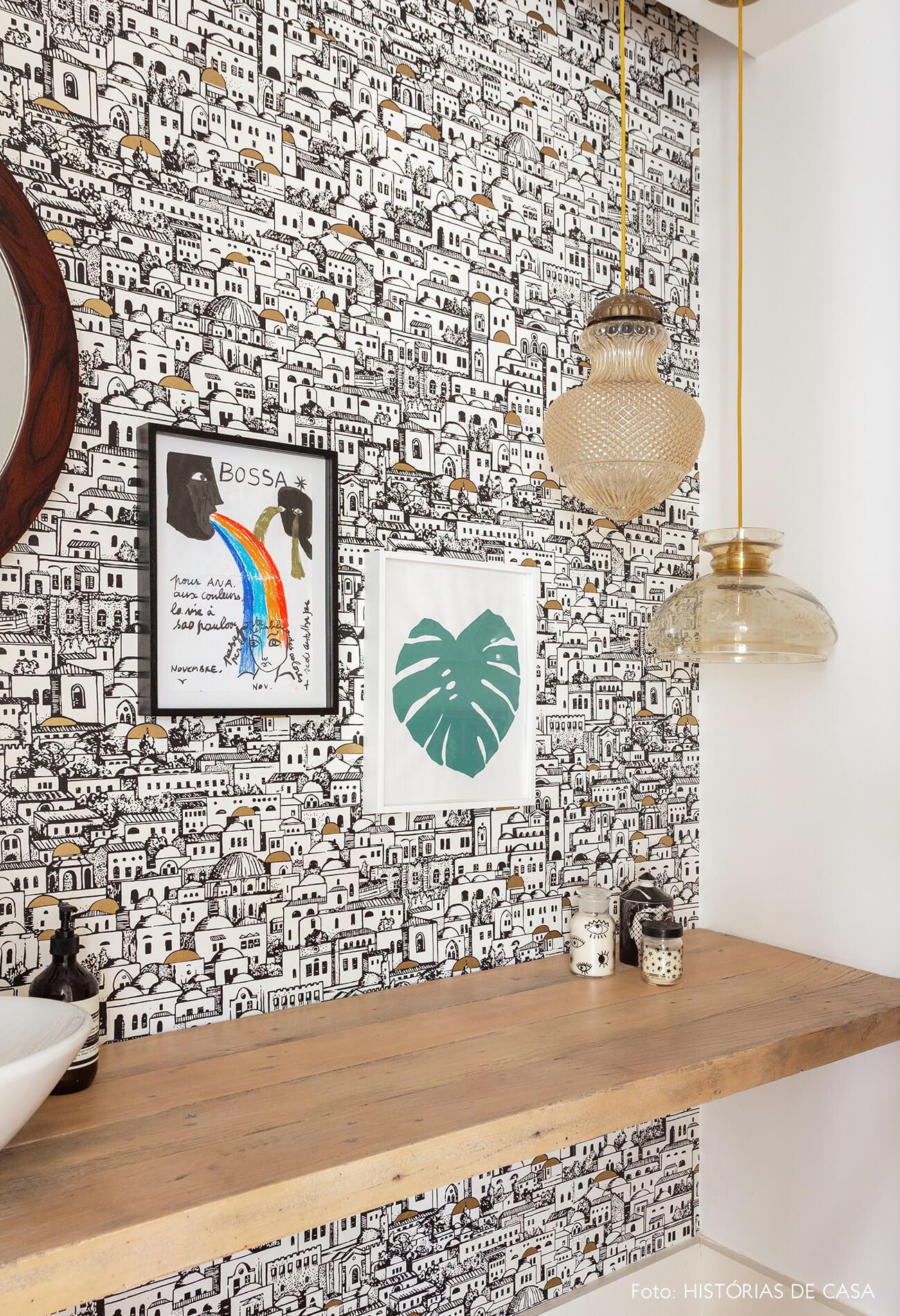 Lavabo com papel de parede preto e branco