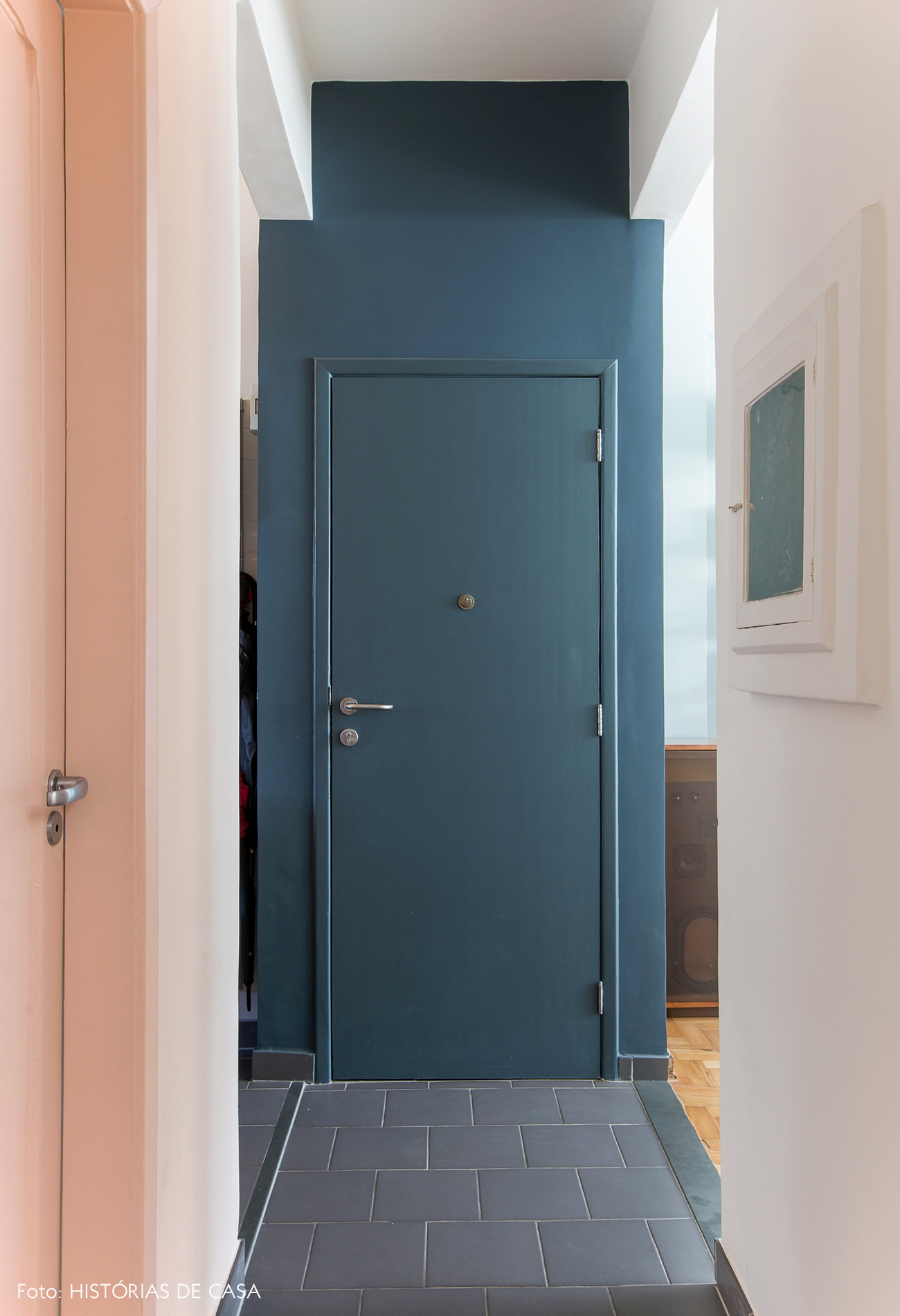 Porta de entrada pintada de cinza azulado