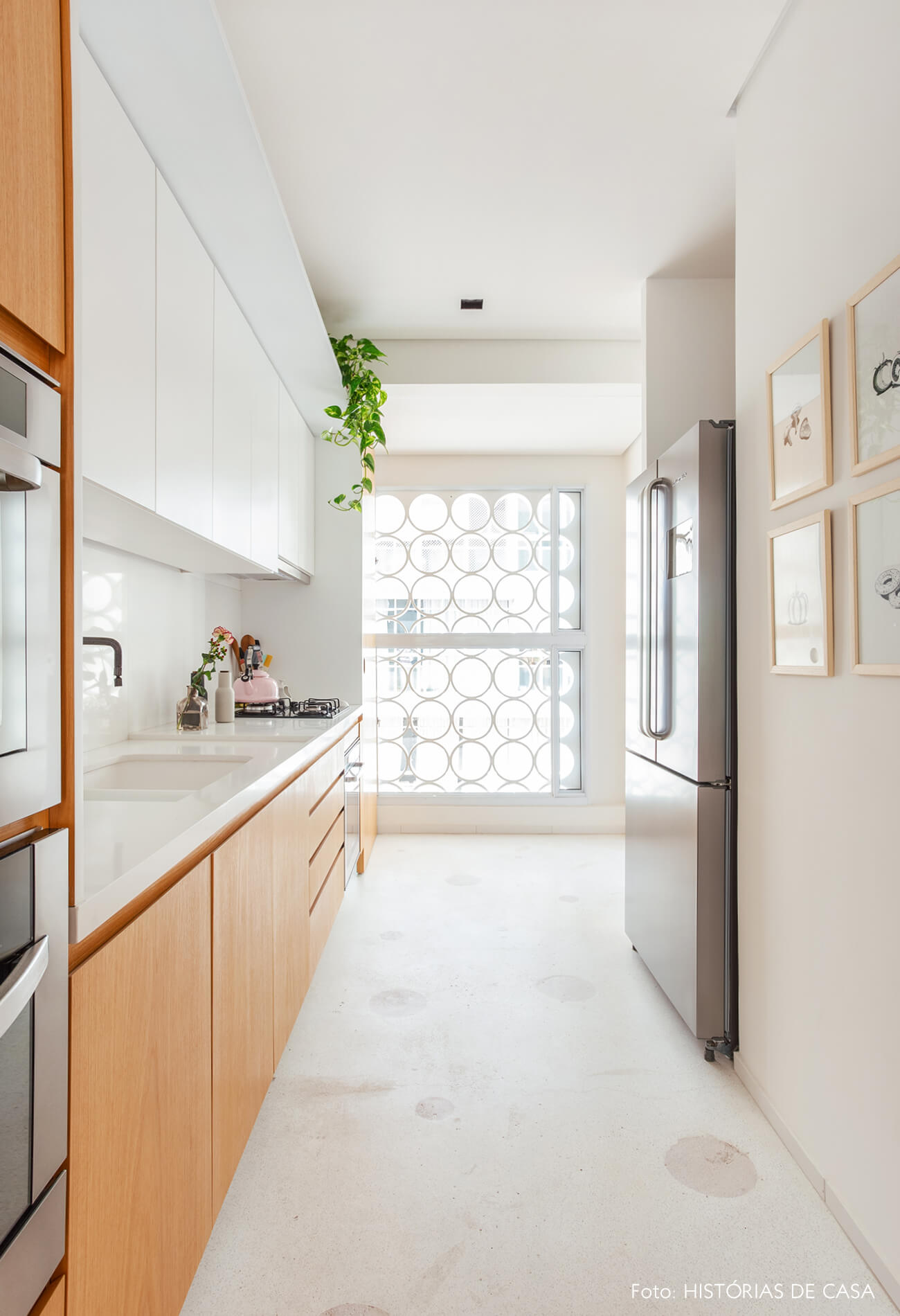 Cozinha com cobogós ao fundo e piso de granilite com bolas