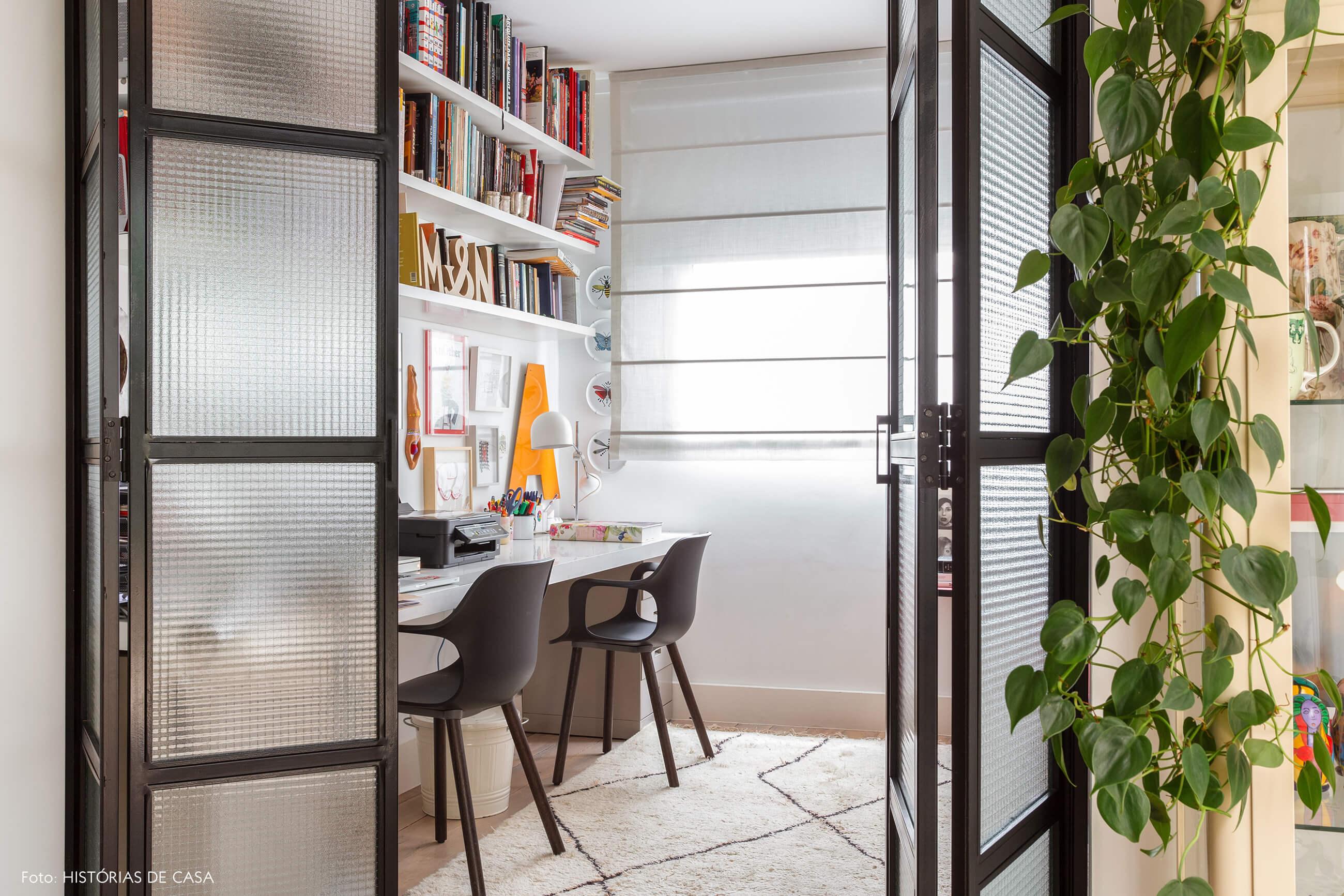 Home office com portas de serralheria