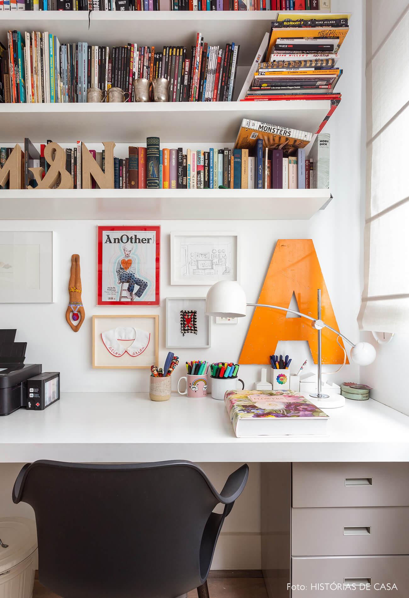 Home office com estantes de livros