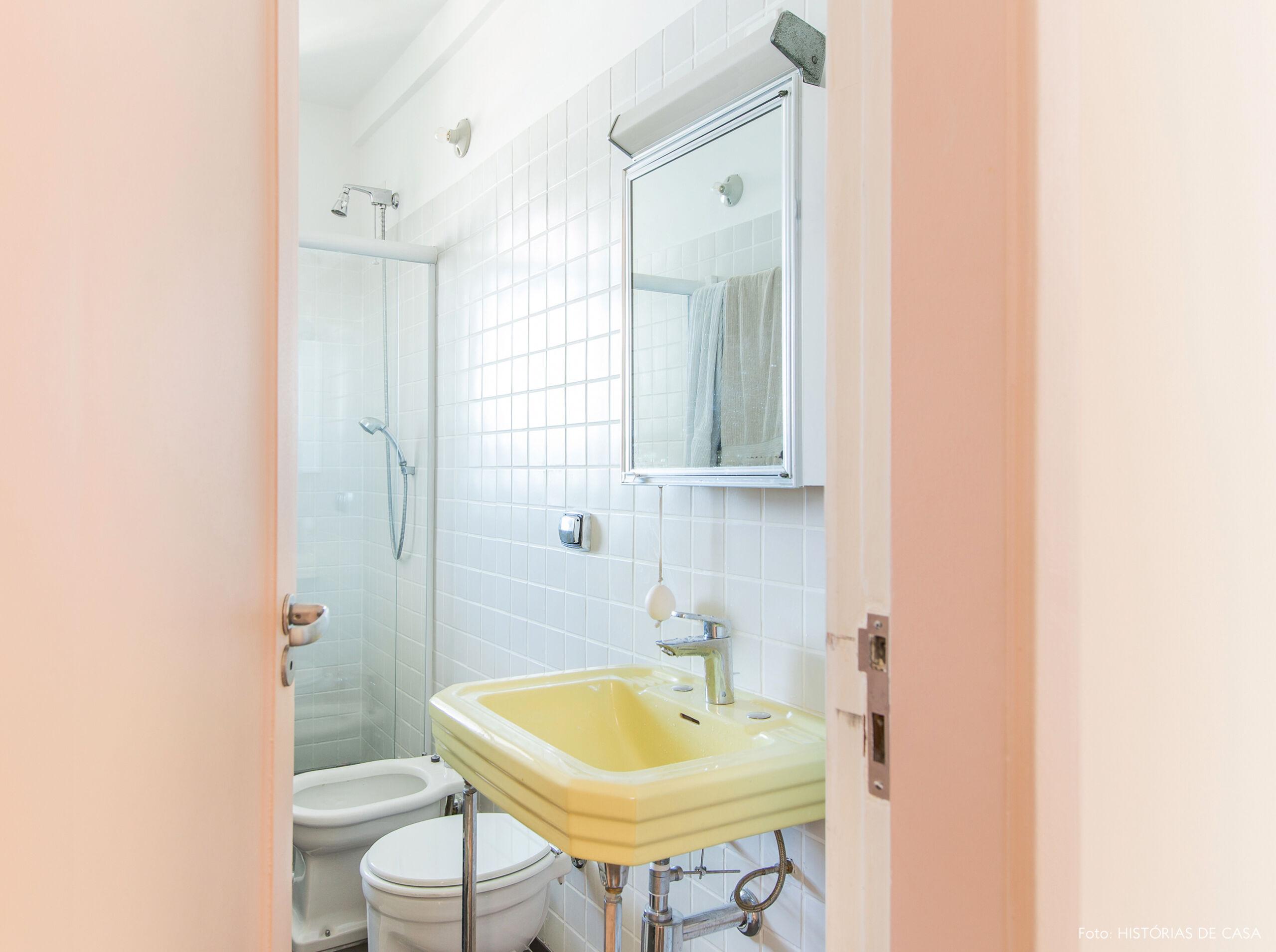 Banheiro com cuba amarela clarinha