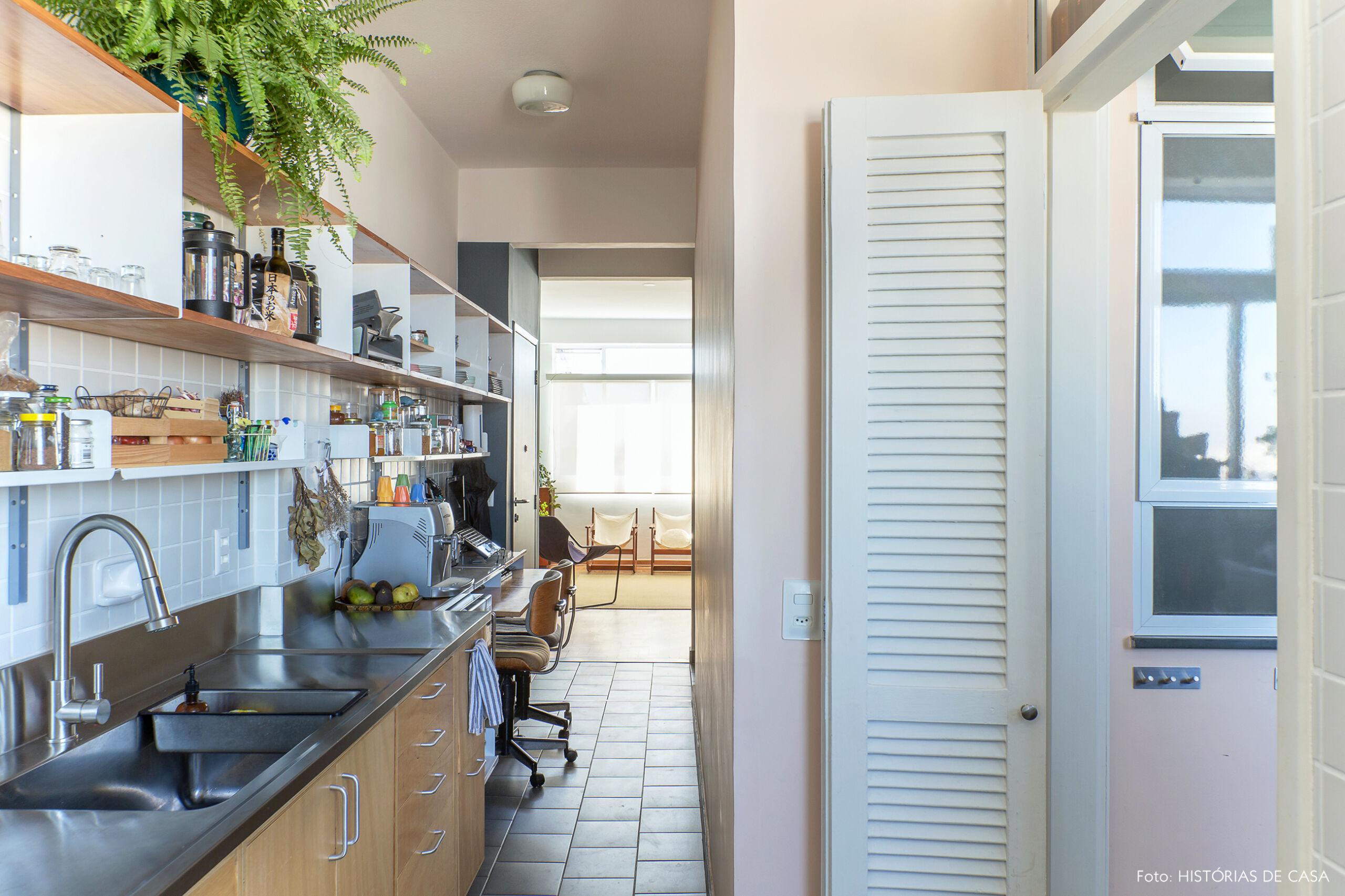 Cozinha estreita com piso cinza
