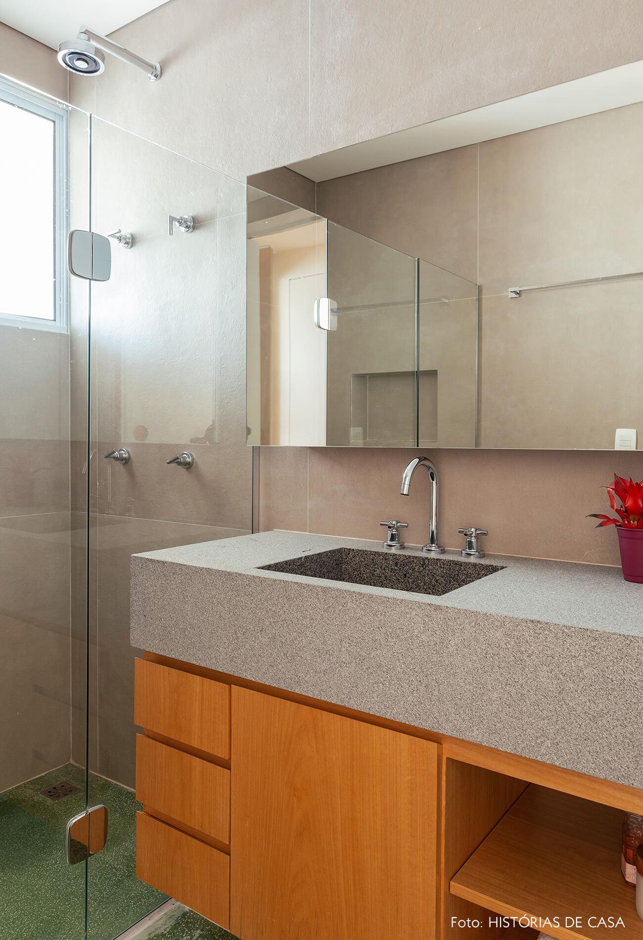 Banheiro com porcelanato na parede e bancada de granito rústico