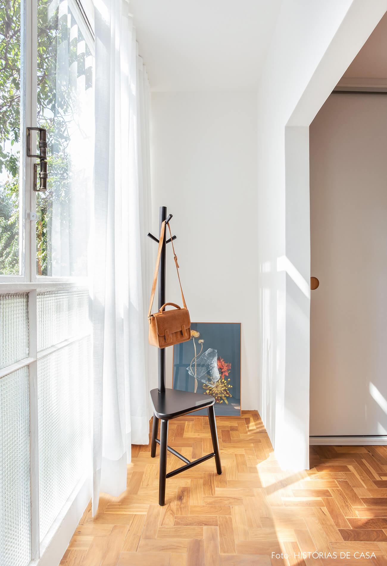 Janelas antigas e piso de tacos em quarto